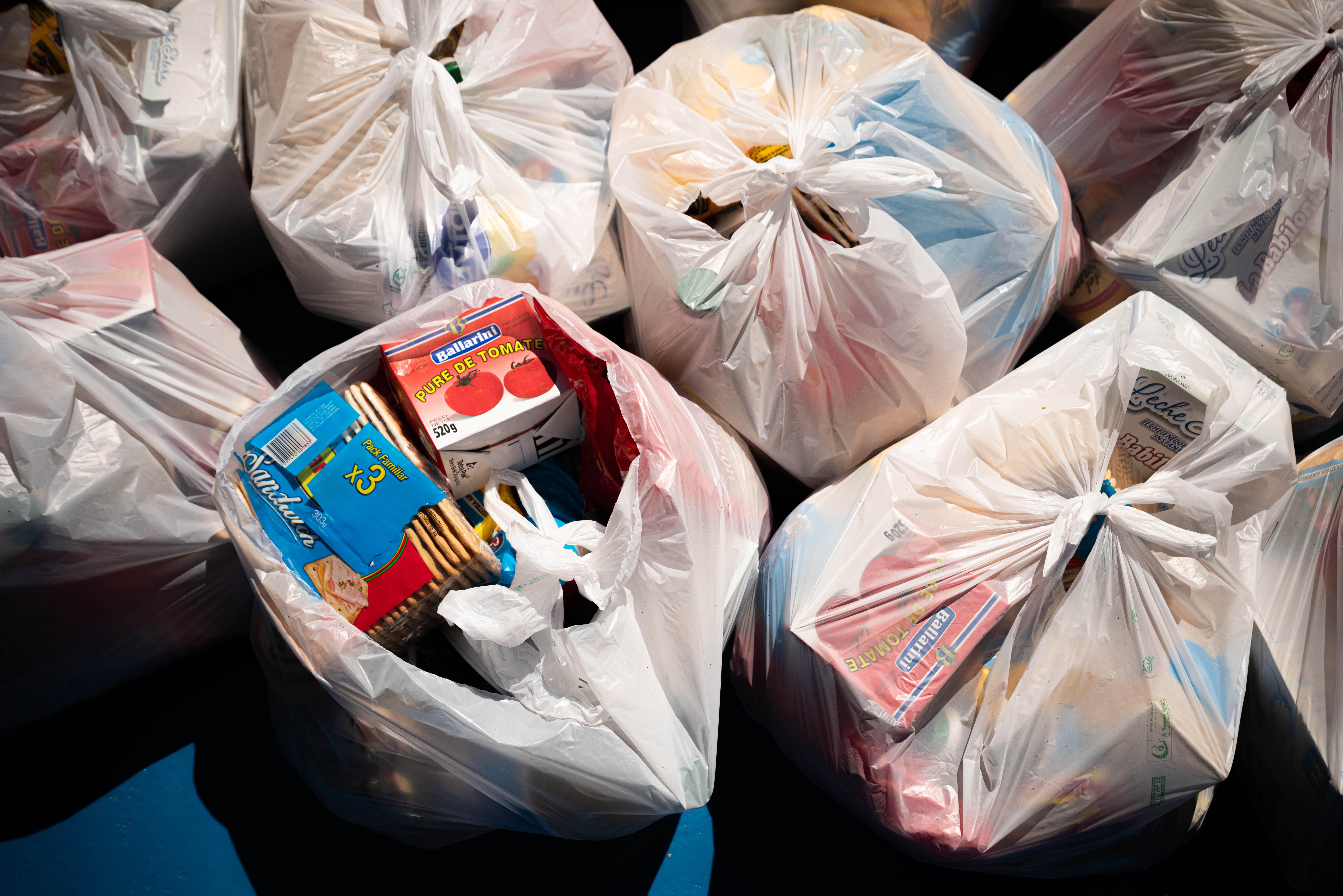 Los kits repartidos entre las familias de sus alumnos tienen alimentos secos. (Foto: Franco Fafasuli)