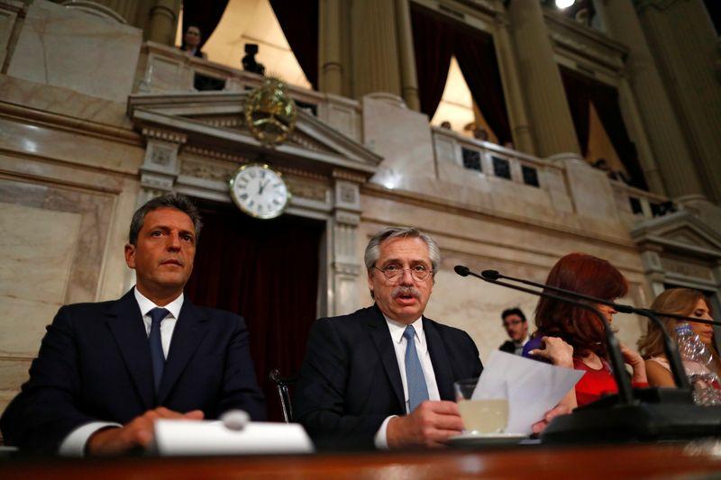 El presidente Alberto Fernández lee su discurso ante la asamblea REUTERS/Agustin Marcarian