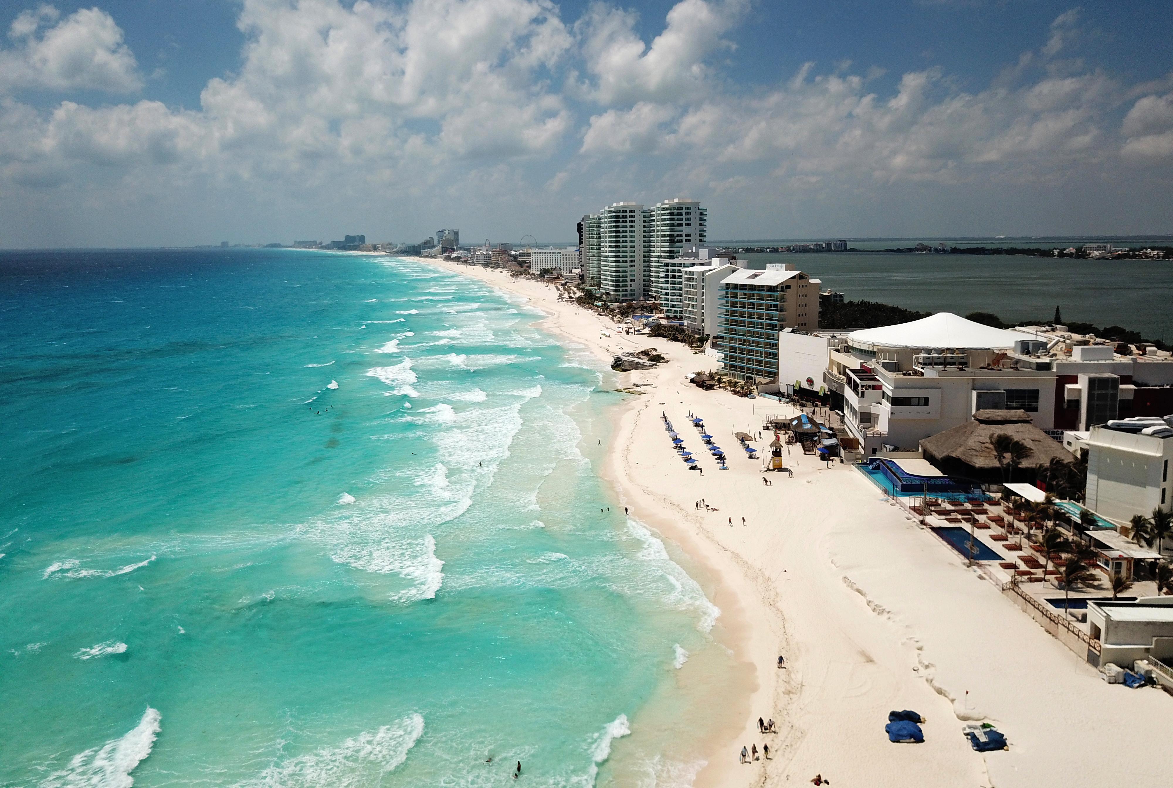 Vista aérea de una playa casi vacía en Cancún, estado de Quintana Roo, México, el 28 de marzo de 2020. - Una caída significativa en el número de turistas se registra en los centros turísticos de México debido a la nueva pandemia de coronavirus.