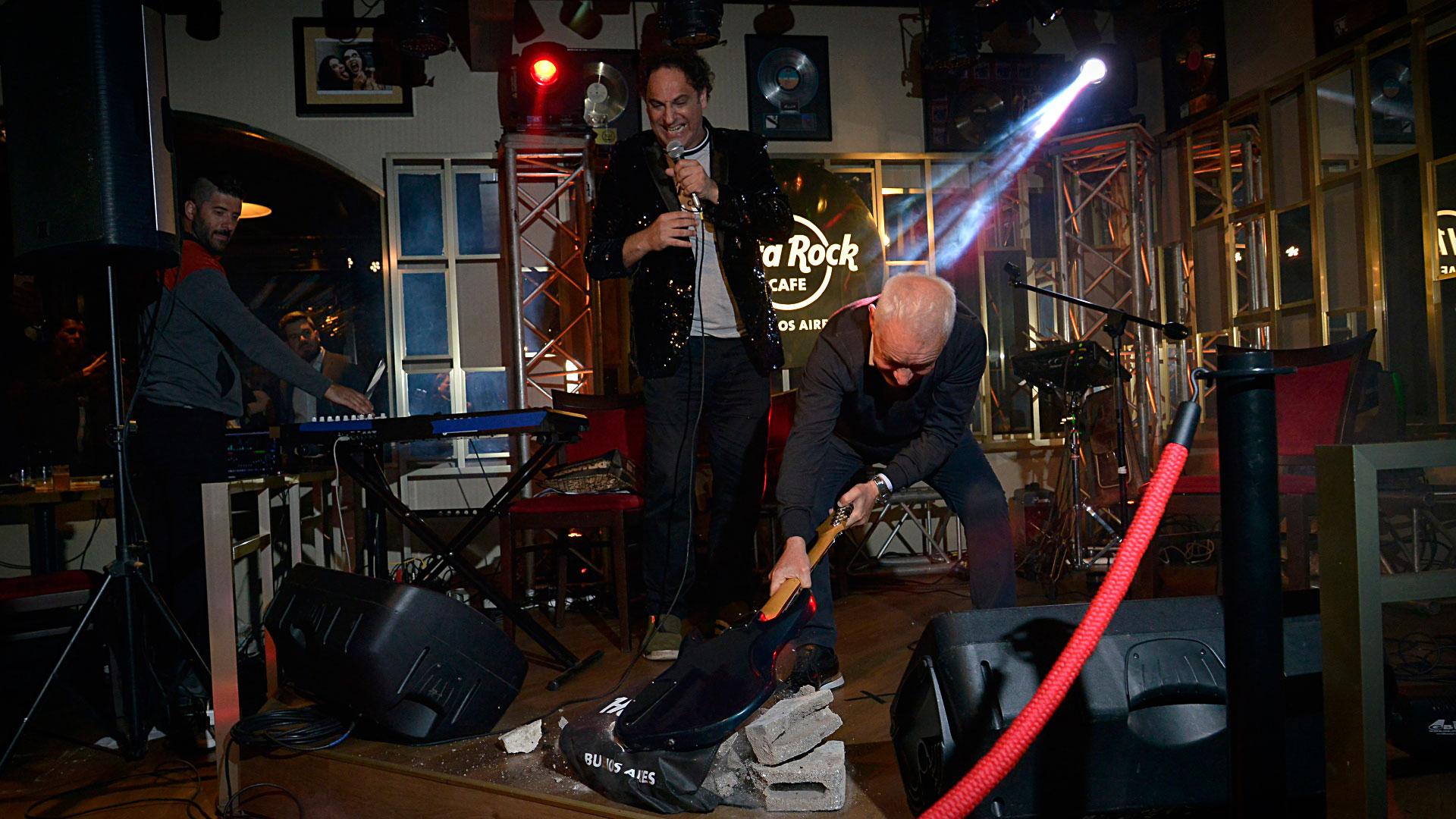 Tal como lo indica la tradición, en cada apertura de un Hard Rock Café se rompe una guitarra. En esta ocasión, el encargado de la ceremonia en el nuevo local de Puerto Madero fue su dueño, Víctor Blanco, presidente de Racing
