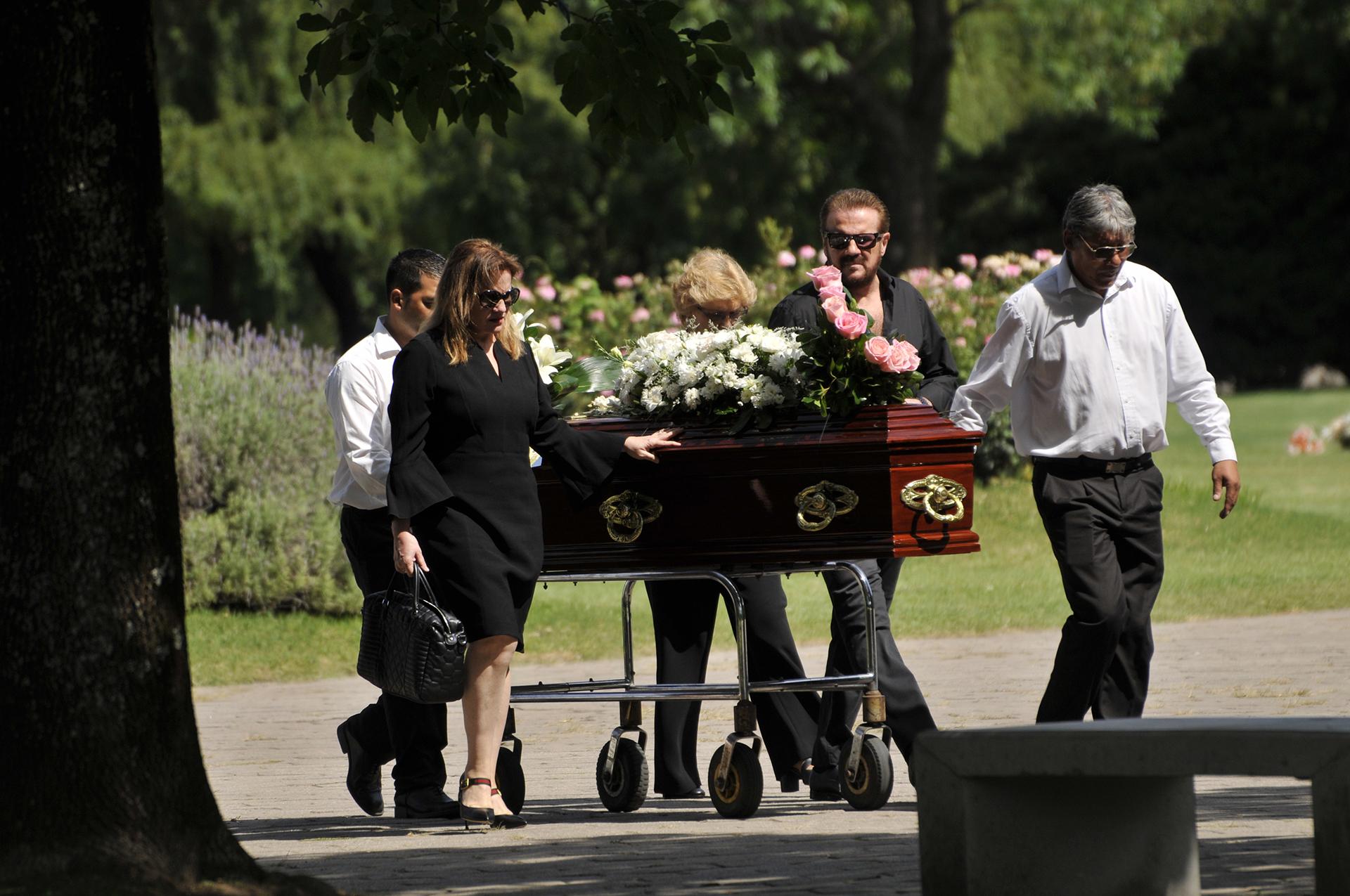 El dolor de los hermanos Galán en el último adiós a su madre