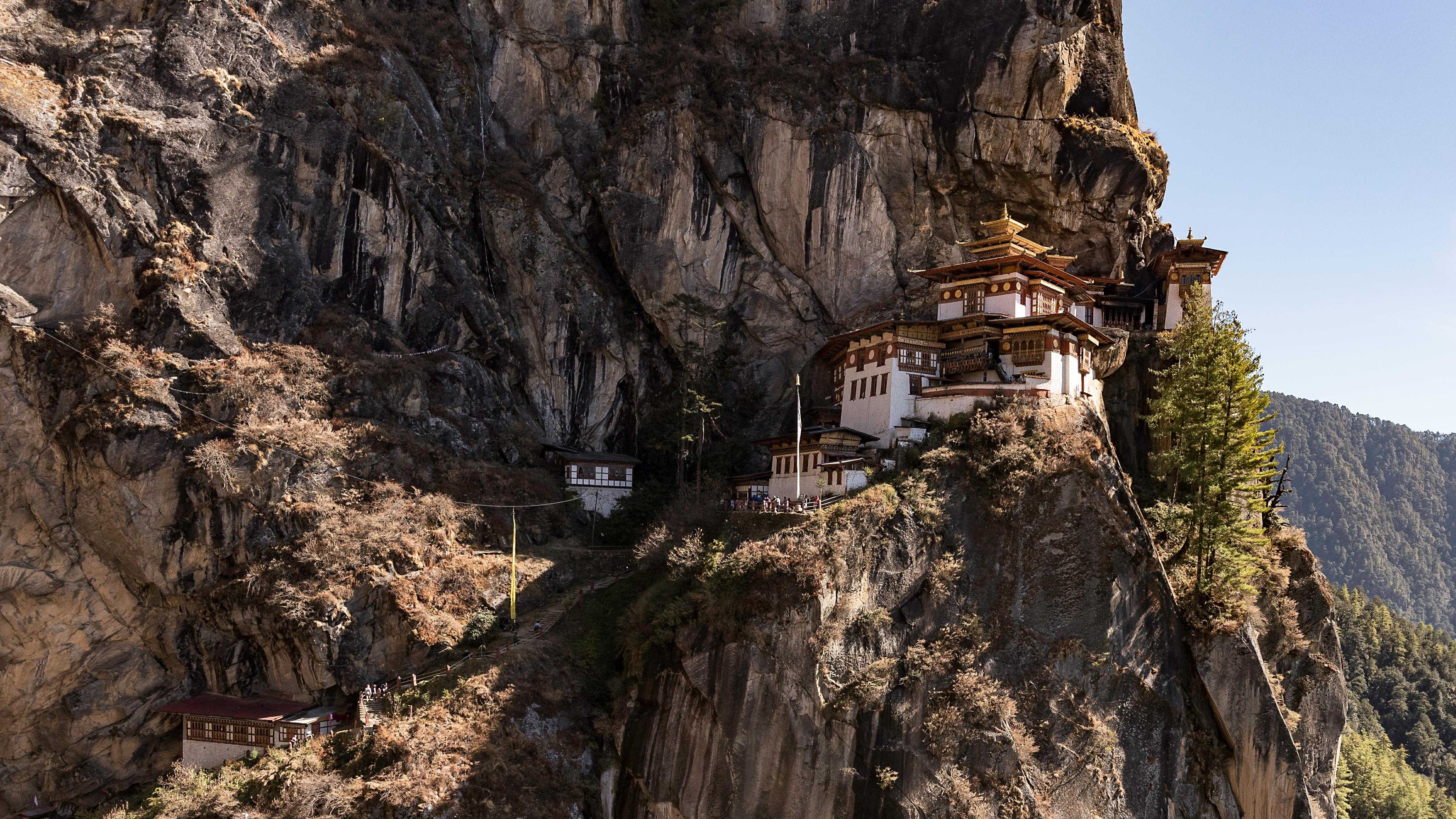 Escondido en el extremo oriental del Himalaya, el reino budista de Bután solo ha permitido turistas desde 1974. Algunos lo describen como