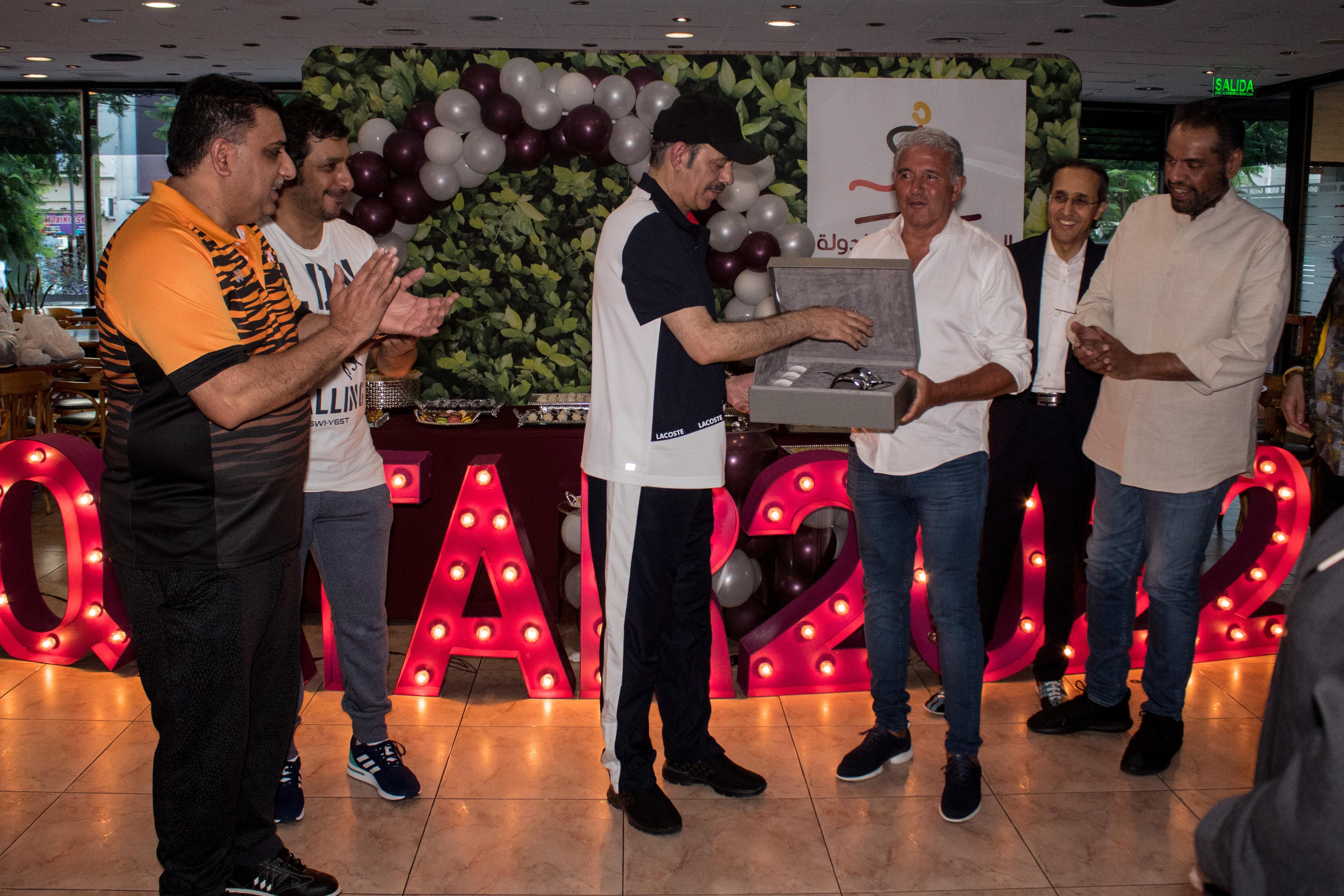 El embajador del Estado de Qatar, S.E. Battal M. Al Dosari le entregó un reconocimiento a Jorge Burruchaga frente a los demás embajadores presentes