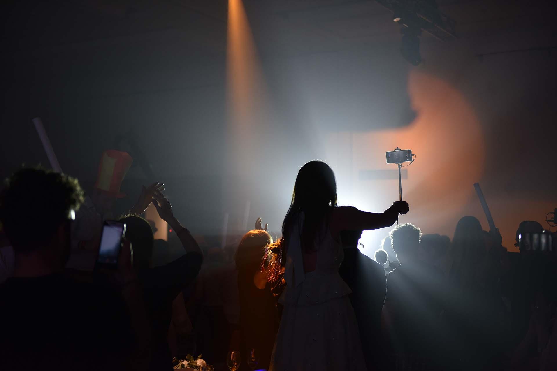 A medida que los ganadores se acercaban a recibir sus reconocimientos emocionados con carteles bailando al ritmo de la música