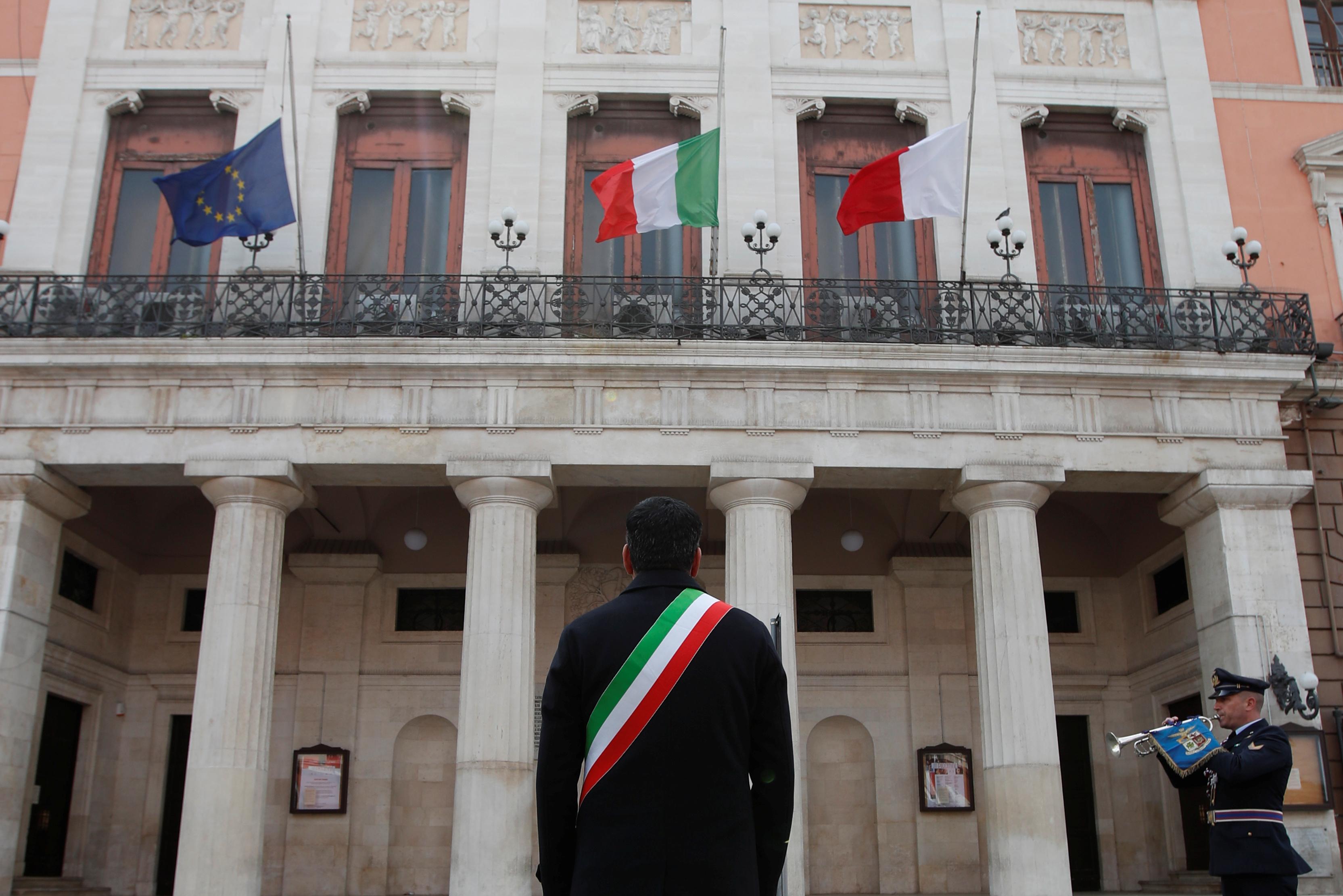 Antonio Decaro, de espaldas, durante el homenaje en Bari. (REUTERS/Alessandro Garofalo)