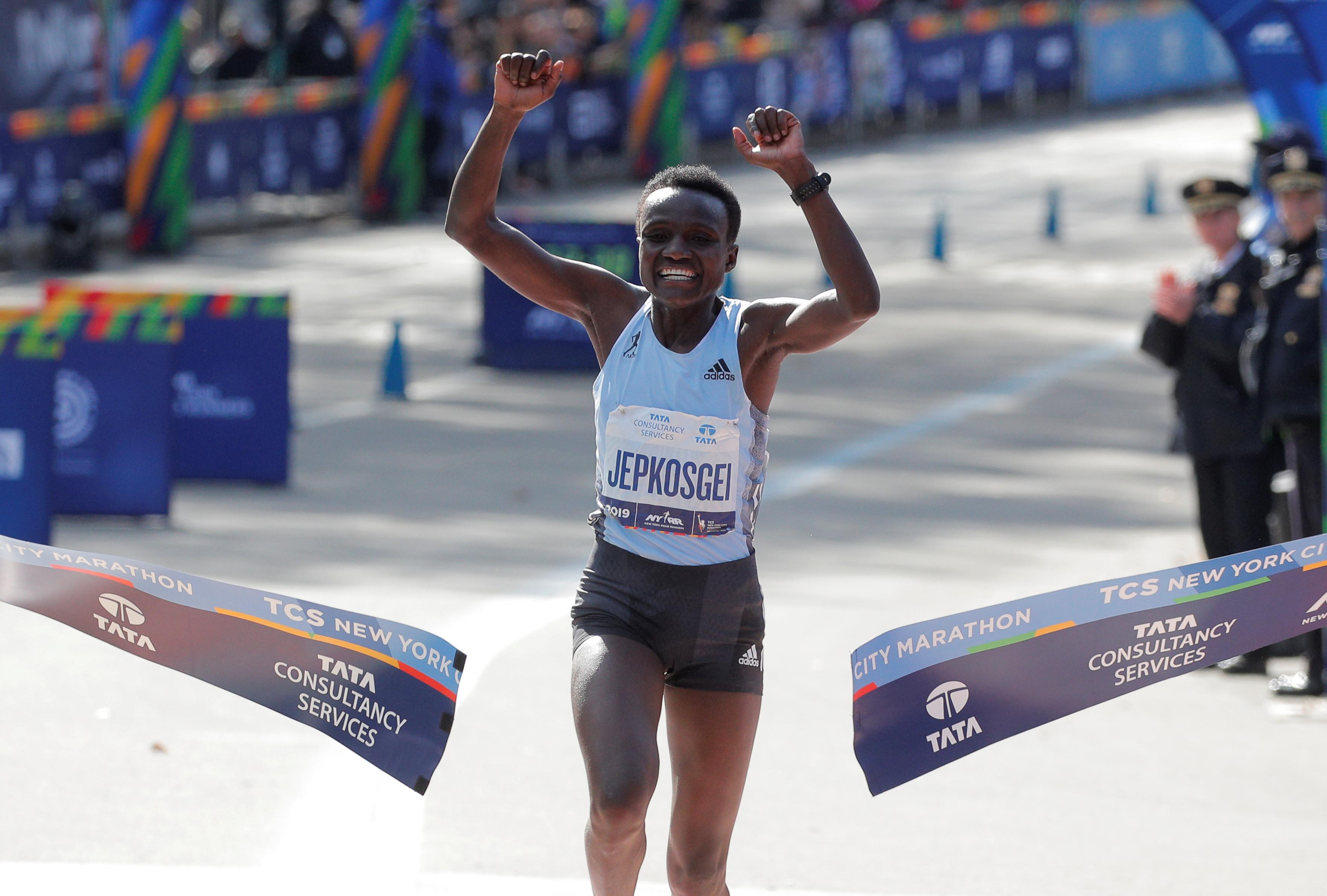 Joyciline Jepkosgei fue la primera en cruzar la meta completando la competencia en 2 horas, 22 minutos y 38 segundos