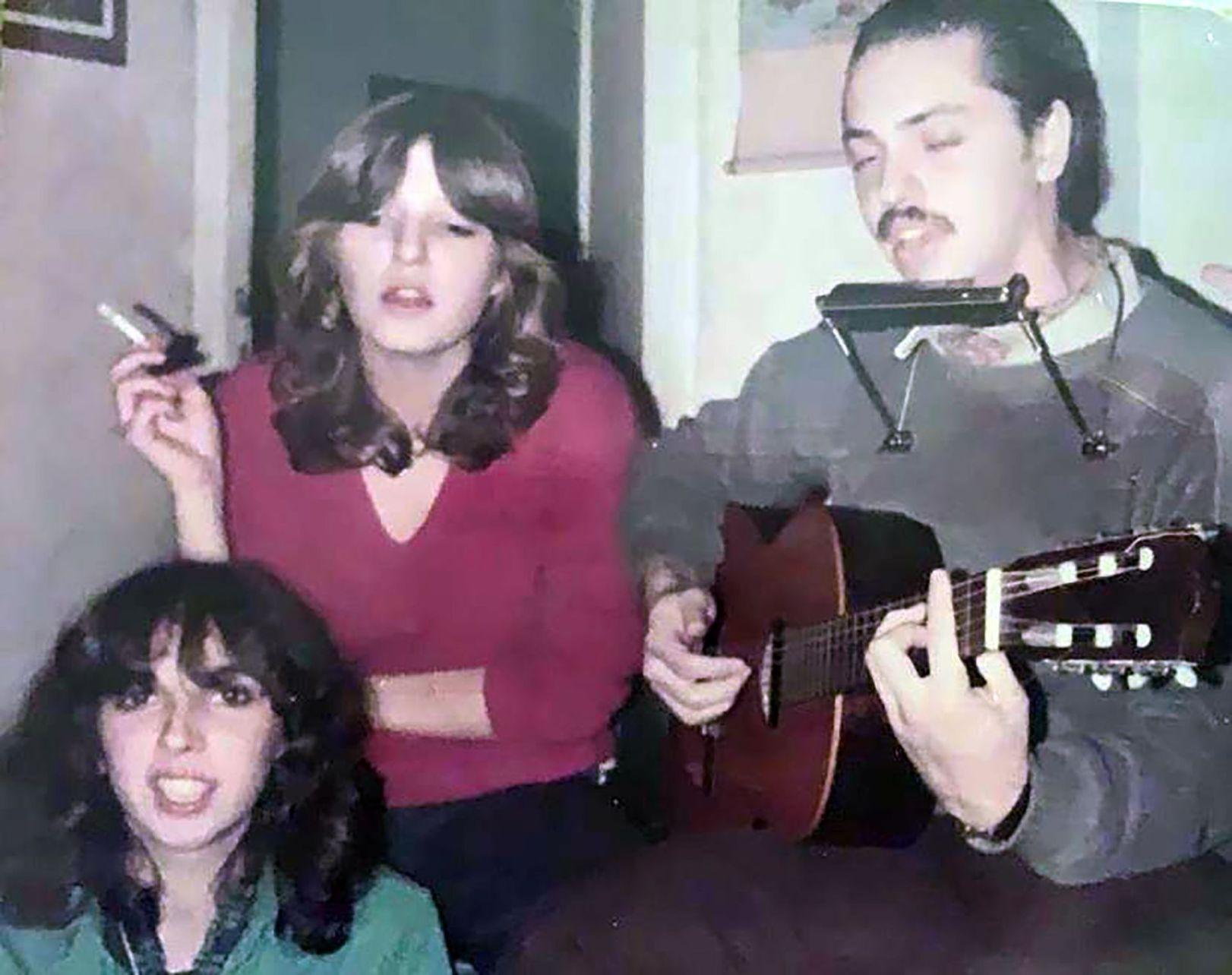 """A los 14 años comenzó a tomar clases de guitarra con Litto Nebbia. Tocó en bares y llegó a grabar una pista de guitarra acústica en la canción """"El último verano"""", incluida en el disco de la banda marplatense Los Súper Ratones, editado en 2008."""
