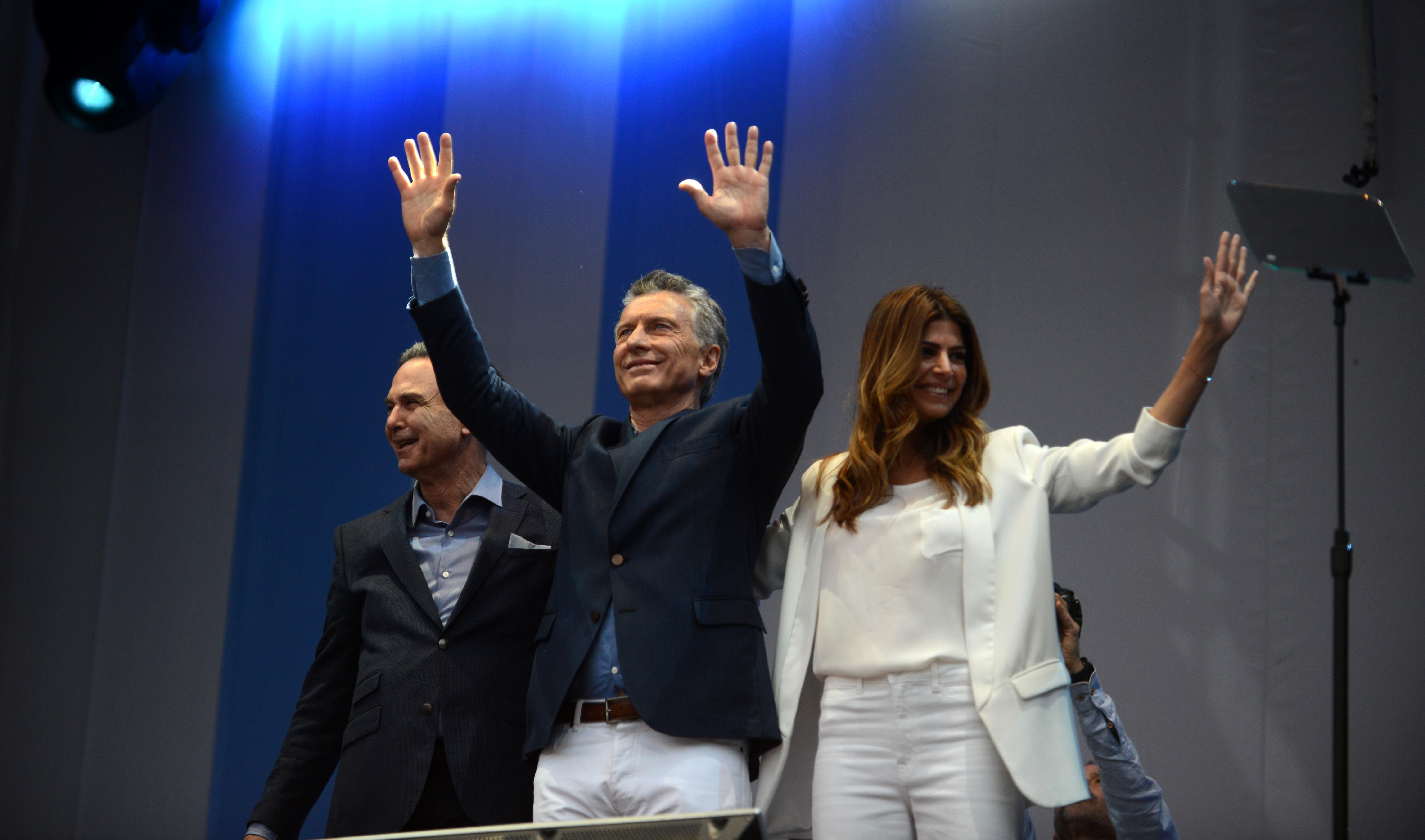 Pichetto, Macri y Awada saludando a la multitud (Presidencia)