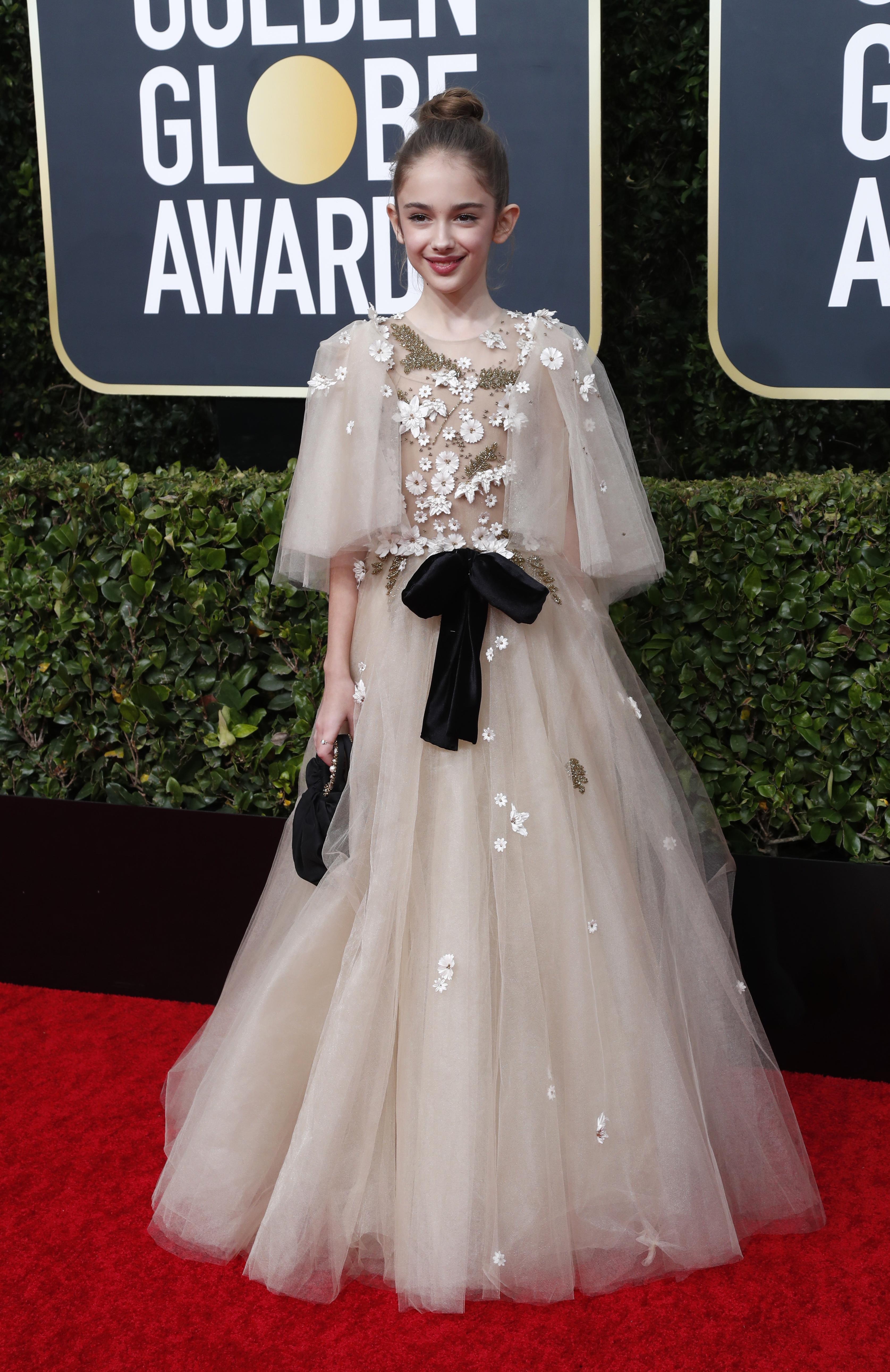 La pequeña actriz Julia Butters, en sus primeros Golden Globes, lució un vestido estilo romántico con detalles de apliques de flores de margaritas y cintas de chiffón