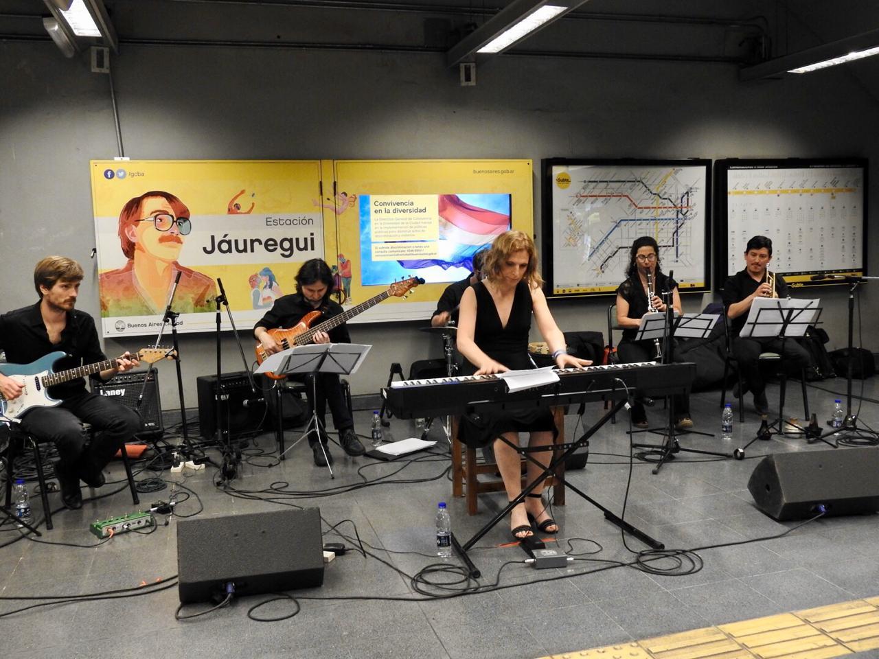 El martes 3 de diciembre, la compositora, pianista y música académica, Calenna Garba, referente en Derechos Humanos, brindó un concierto en la Estación de la Línea H Carlos Jáuregui