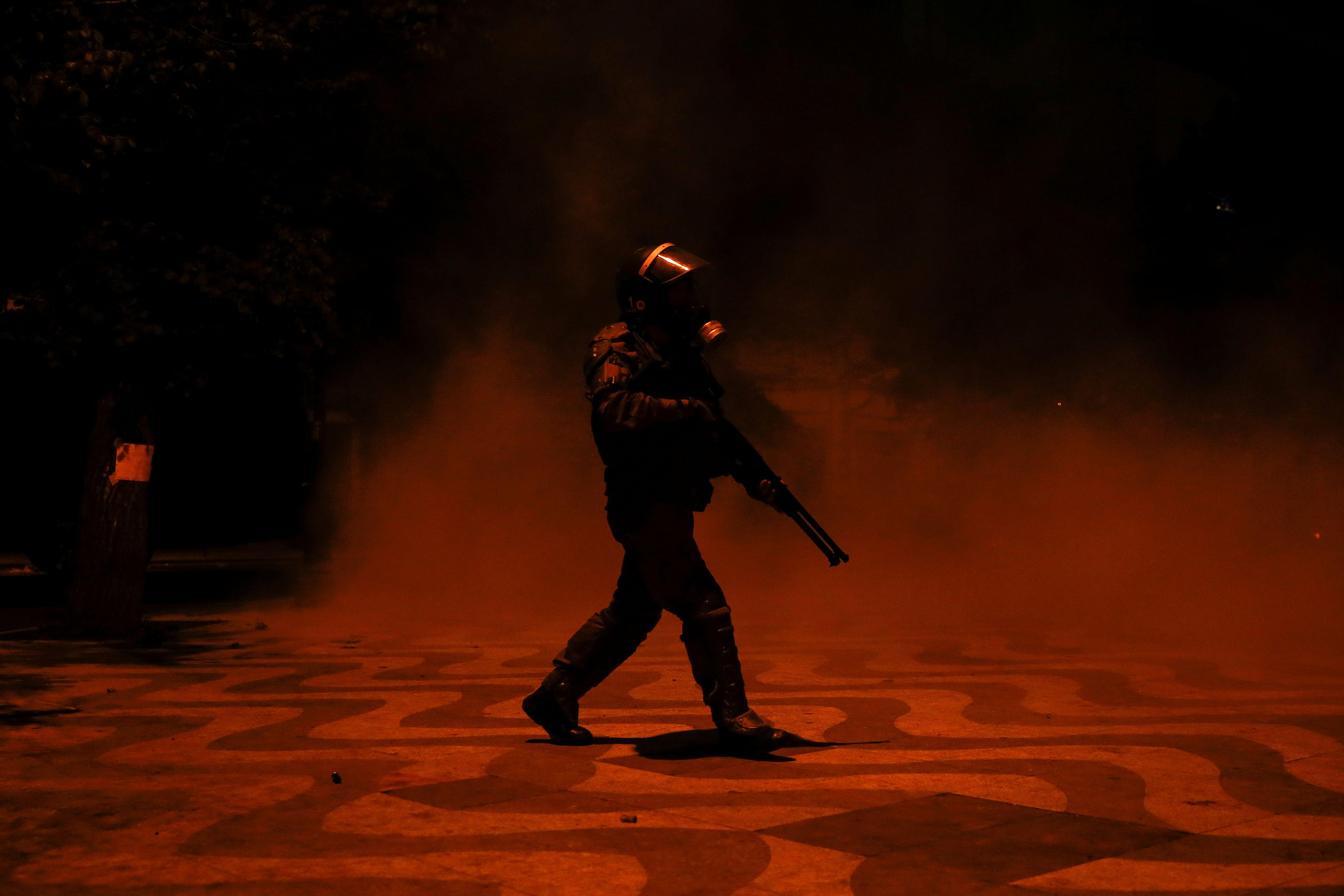 El Gobierno chileno invocó a ley de seguridad del Estado, una legislación que regula los delitos contra la seguridad interior del país y que endurece las penas para aquellos que resulten culpables de los desórdenes y disturbios.