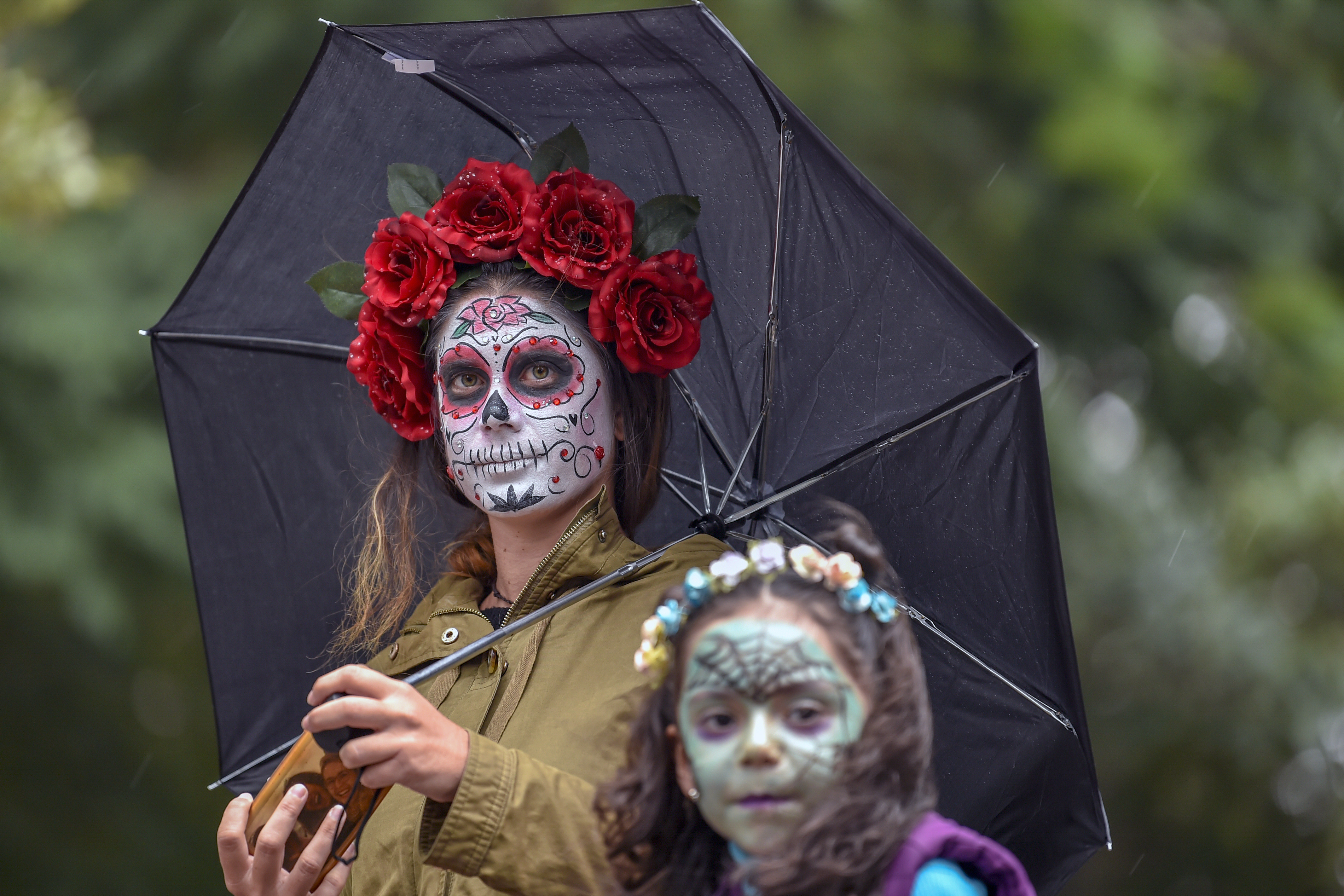 Una mujer y una niña caracterizadas como catrinas (Foto: Pedro Pardo/AFP)