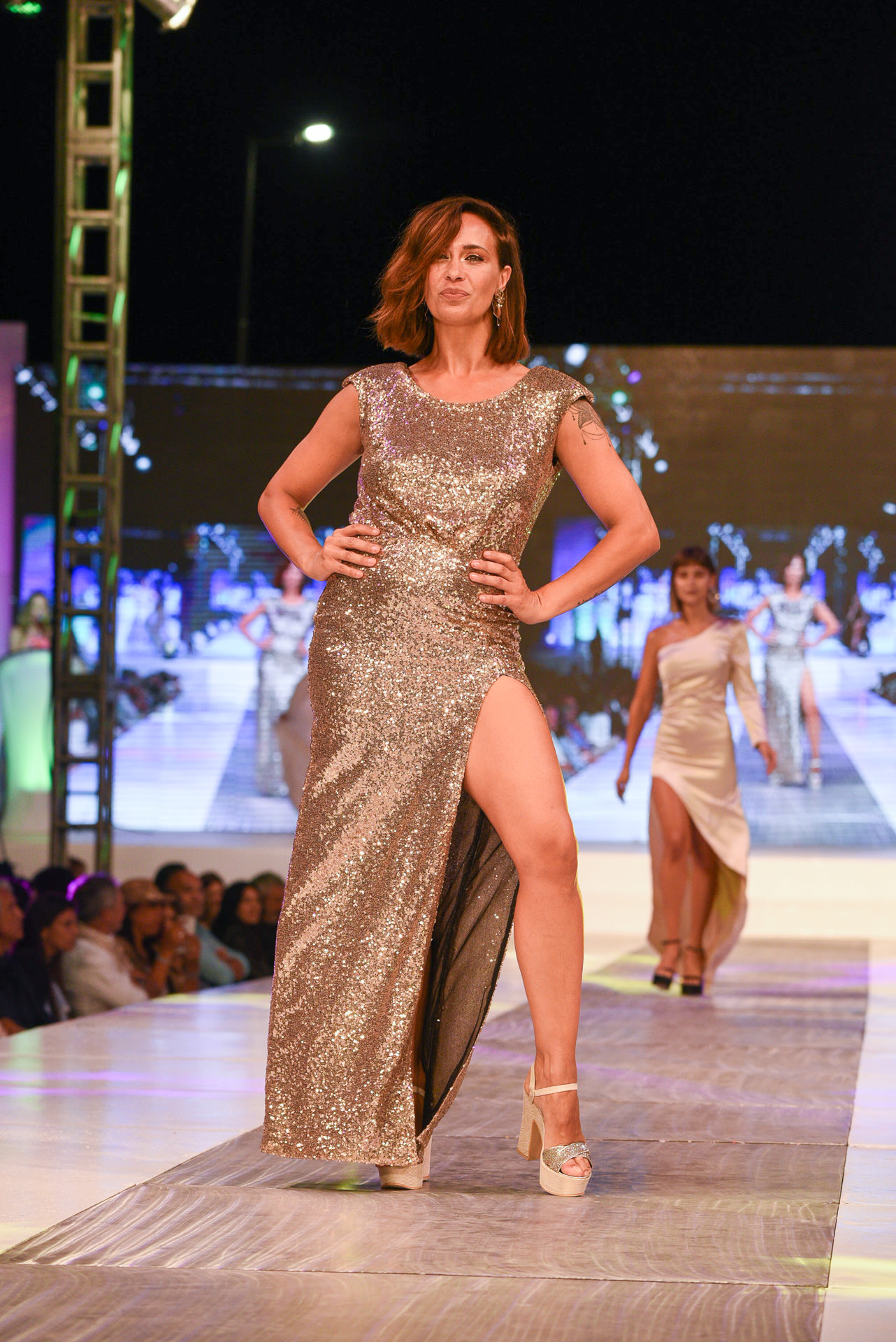 La periodista Josefina Pouso dio el presente en la pasarela luciendo un vestido de paillettes