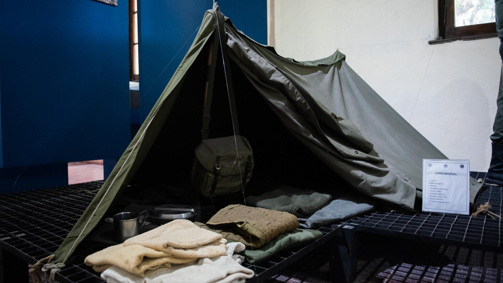 Tienda de campaña utilizada por los miembros del Ejército Argentino desplegados en las Islas Malvinas durante el conflicto bélico