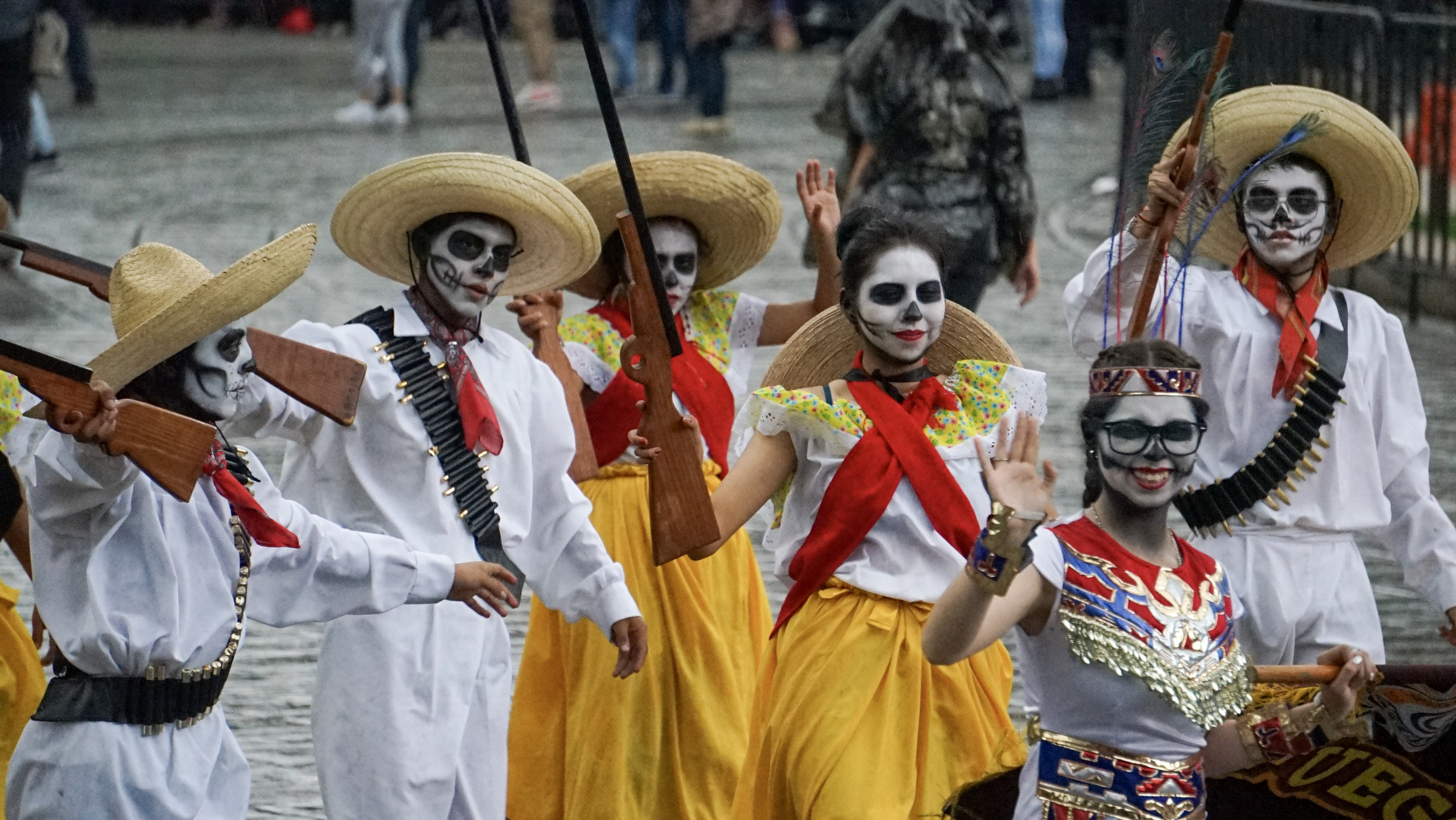 El color blanco predomina entre el desfile, seguido de amarillo, rojo, negro, entre otros colores
