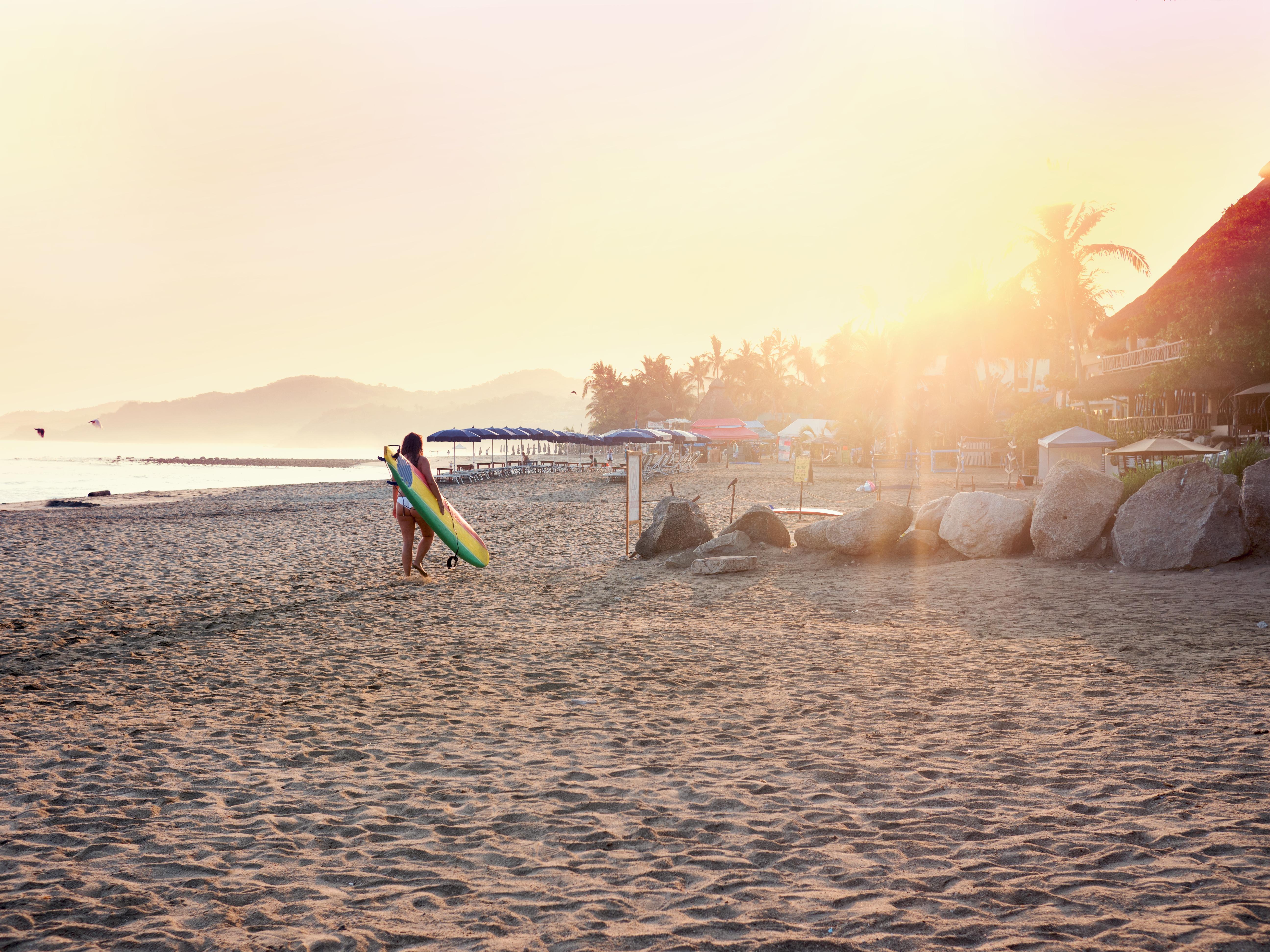 A menos de una hora al norte de los mega resorts de Puerto Vallarta se encuentra la tranquila y bohemia ciudad de Sayulita. Caminar por la exuberante jungla que rodea la ciudad, surfear los legendarios saltos del Pacífico y practica yoga con vista al mar son algunas de las actividades más populares