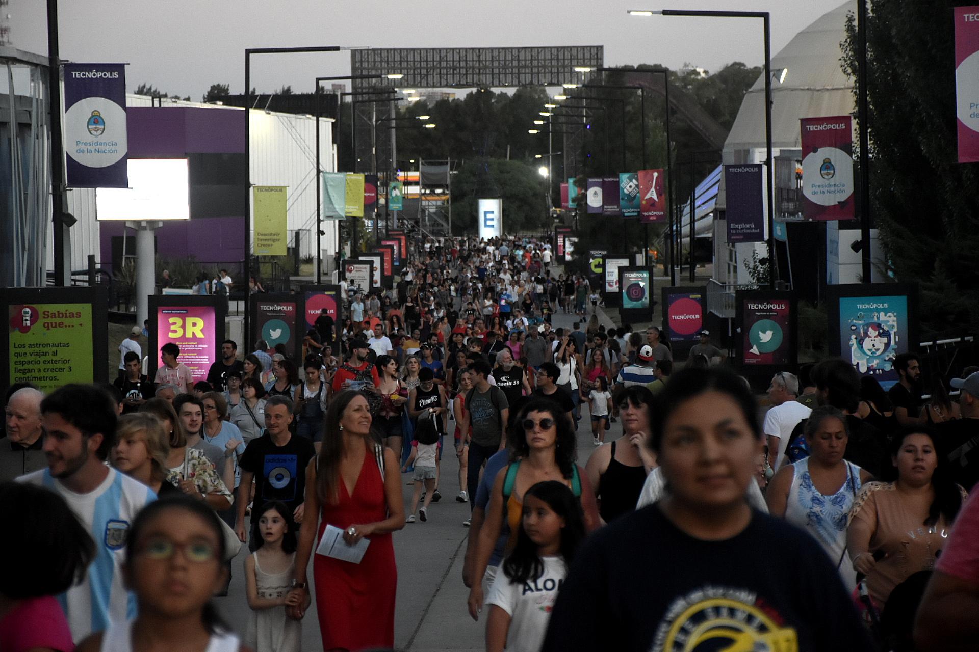 La multitud se agolpaba desde antes de las 18 frente a las puertas del parque.