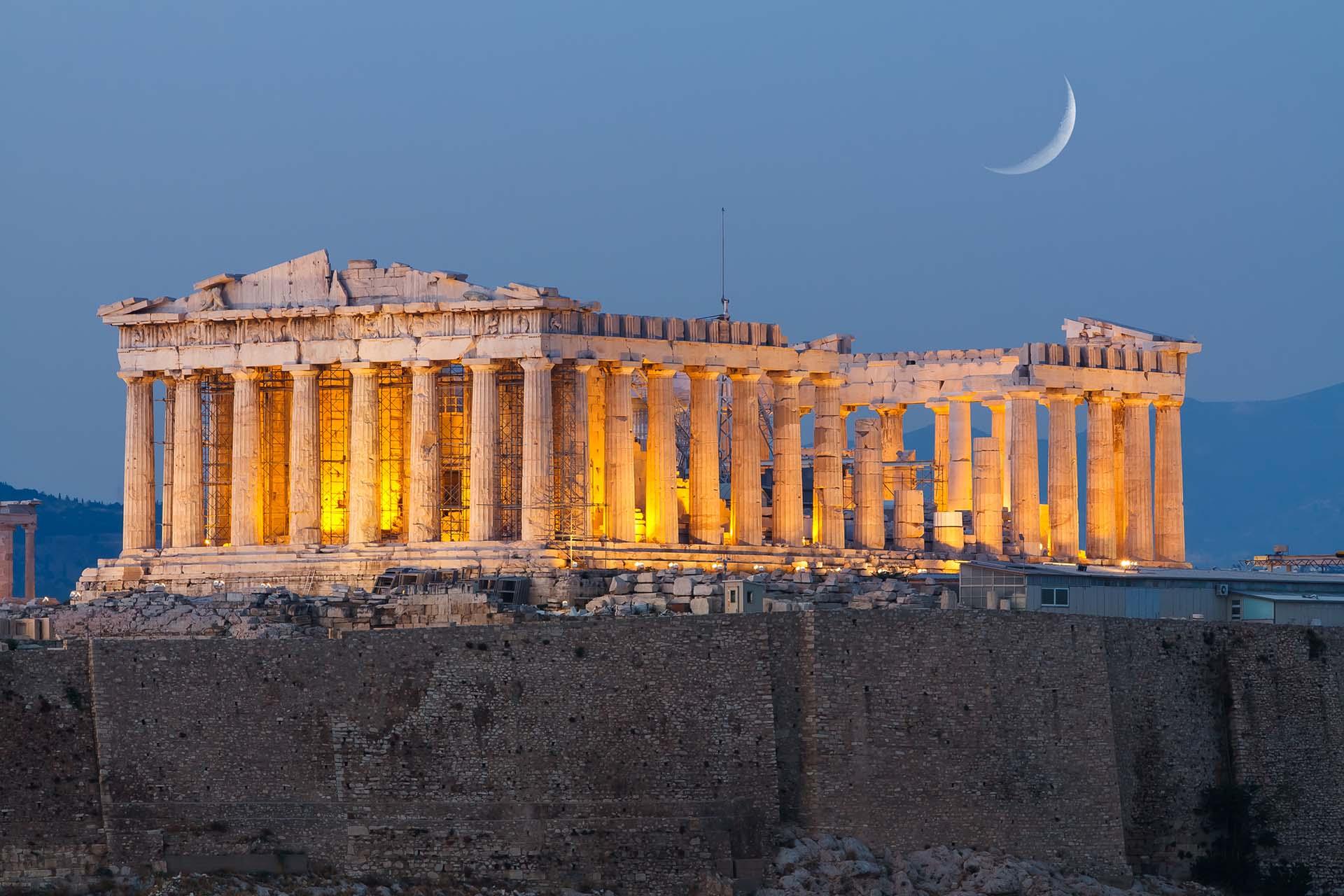 La capital griega de Atenas ofrece capa tras capa de historia antigua que todavía acelera los corazones de quienes la visitan. Además de la magnífica Acrópolis, la ciudad tiene una energía creativa y urbana: música en vivo en el Bouzoukia y una increíble escena de arte contemporáneo