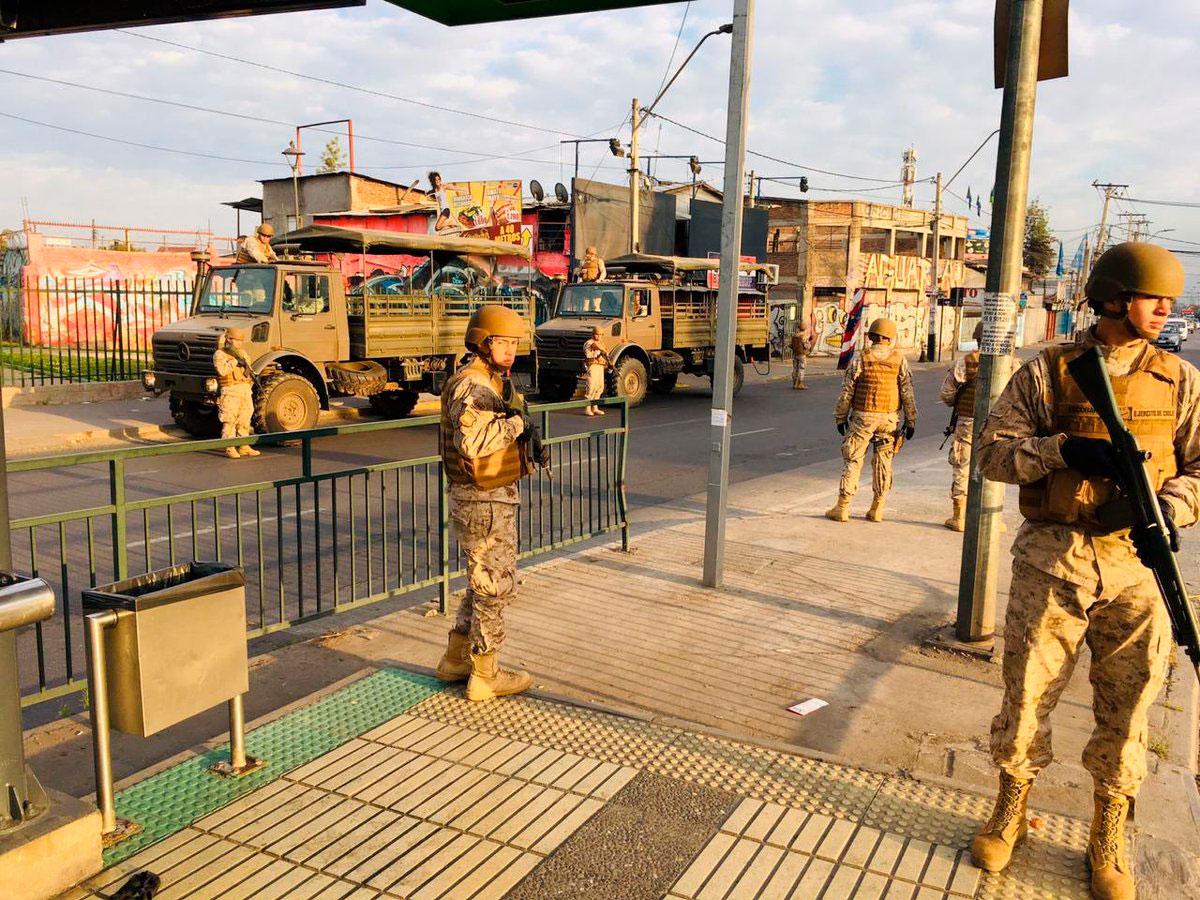 A las primeras horas del domingo, los militares habían logrado tomar las calles de la capital chilena