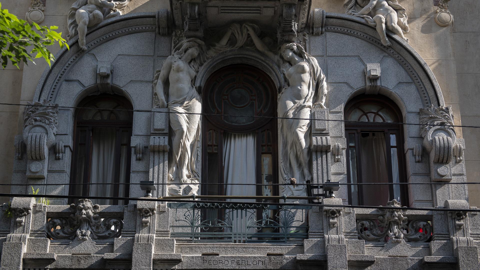 De afuera, la Casa Calise puede parecer un palacio. Ocupa unos 8.000 metros cuadrados. Fue, sin embargo, construida en 1911 como casa de alquiler, siendo una de las tres edificaciones encargadas por la familia Calise a Colombo