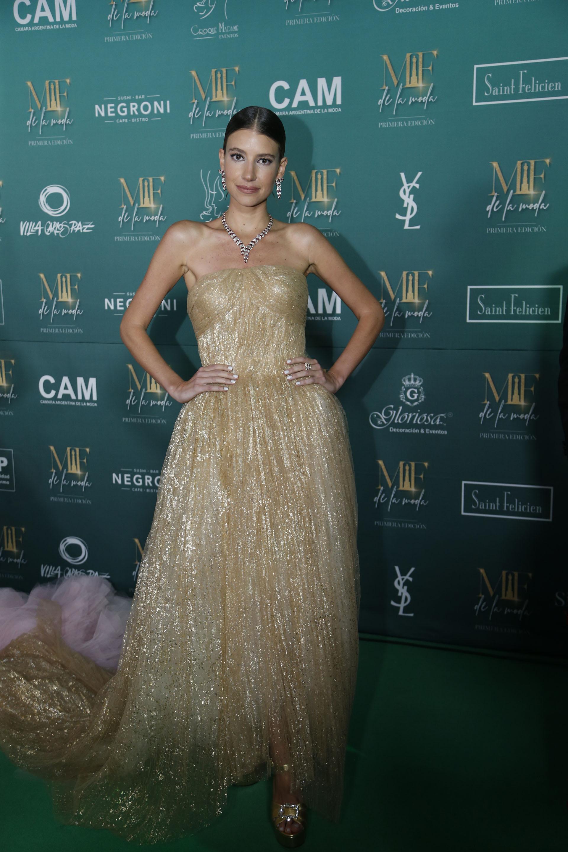 Angie Landaburu, nominada y ganadora en la categoría a la mejor influencer, vestida con un auténtico diseño de Oscar de la Renta, dorado de corte princesa