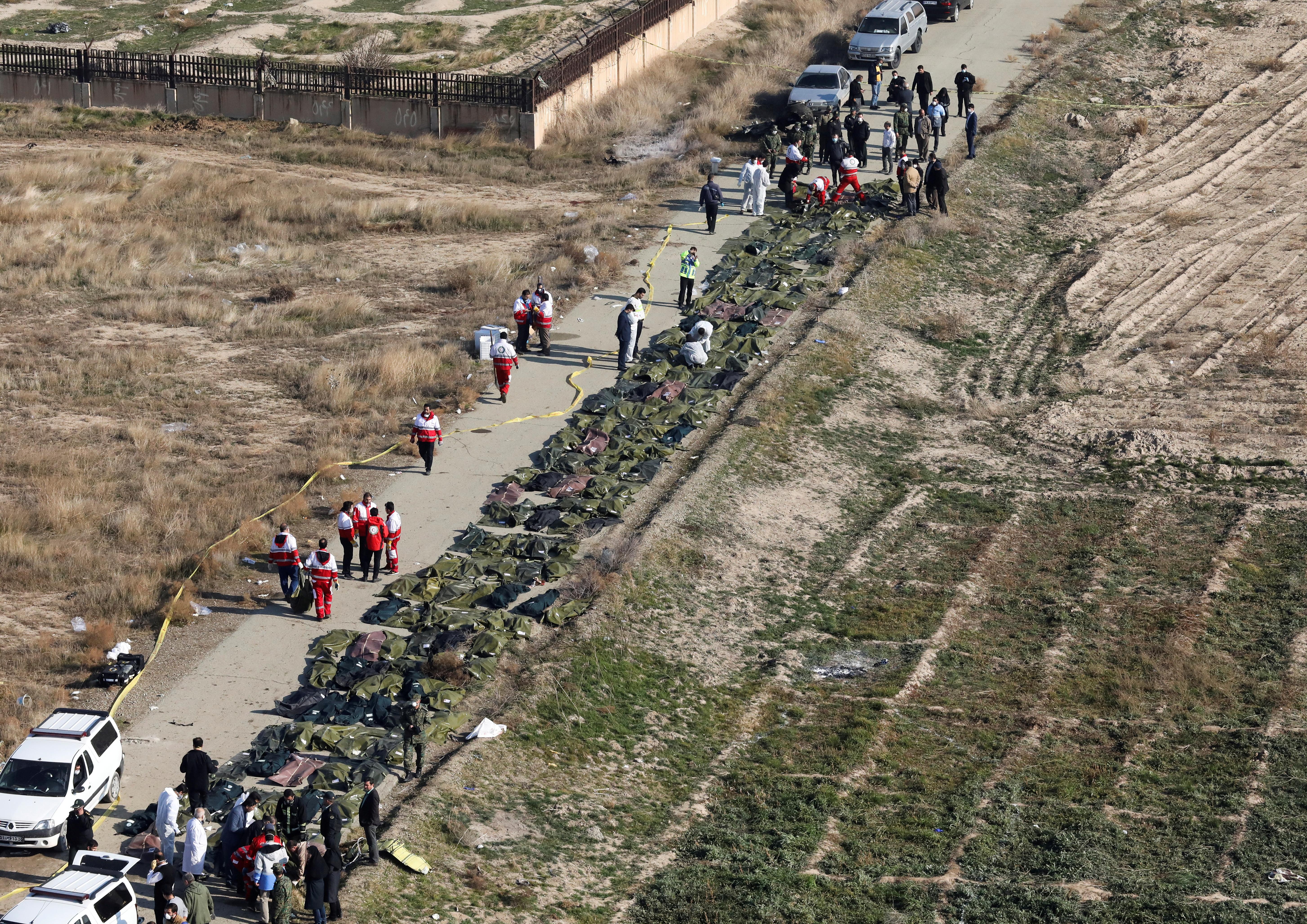 Imagen impactante de los cuerpos apilados cerca del lugar del accidente (REUTERS)