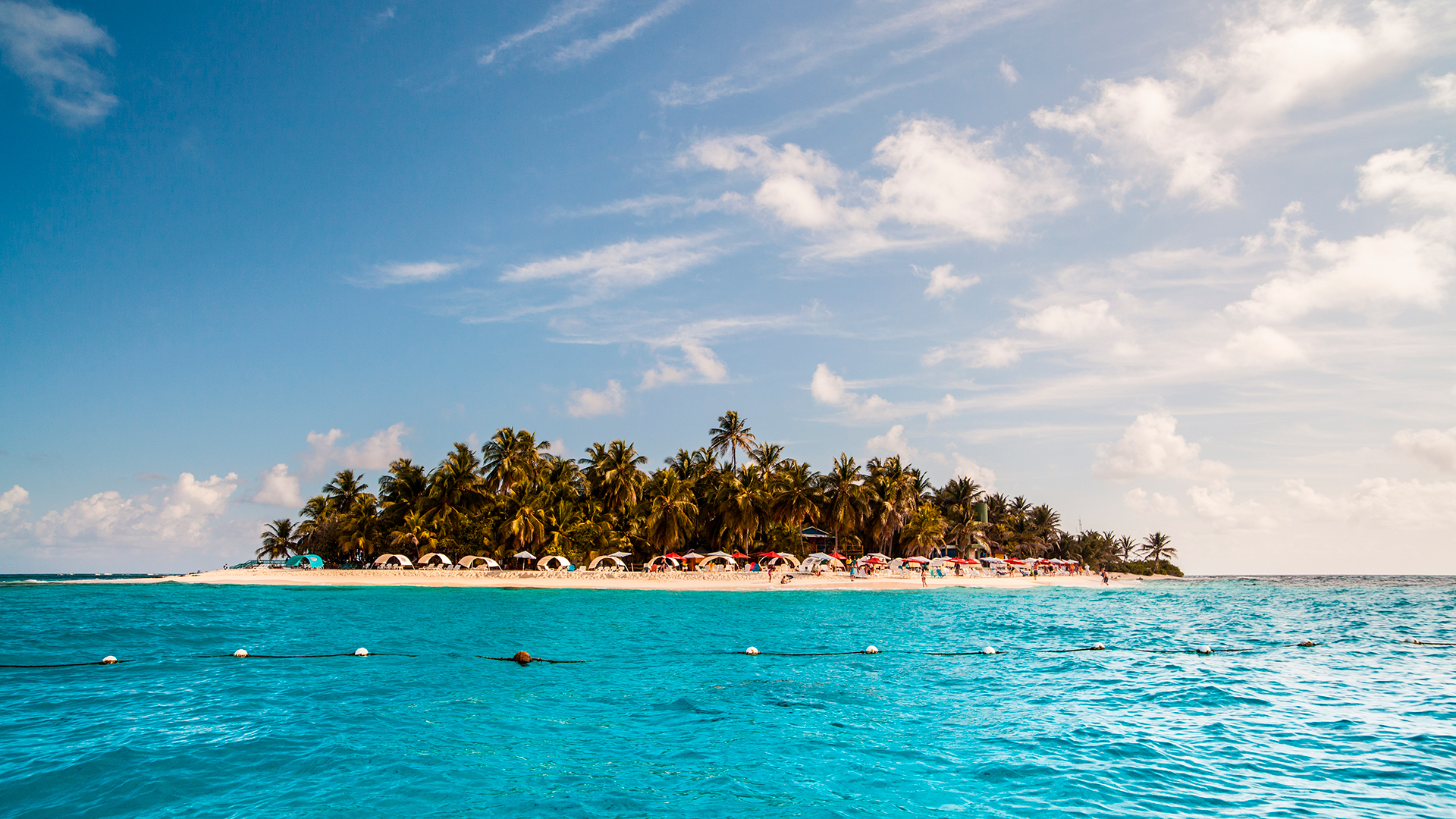 Según expertos de la compañía de viajes Despegar, el Islote Sucre, también conocido como Johnny Cayun, posee increíbles fondos coralinos e impresionantes tonalidades en sus aguas.