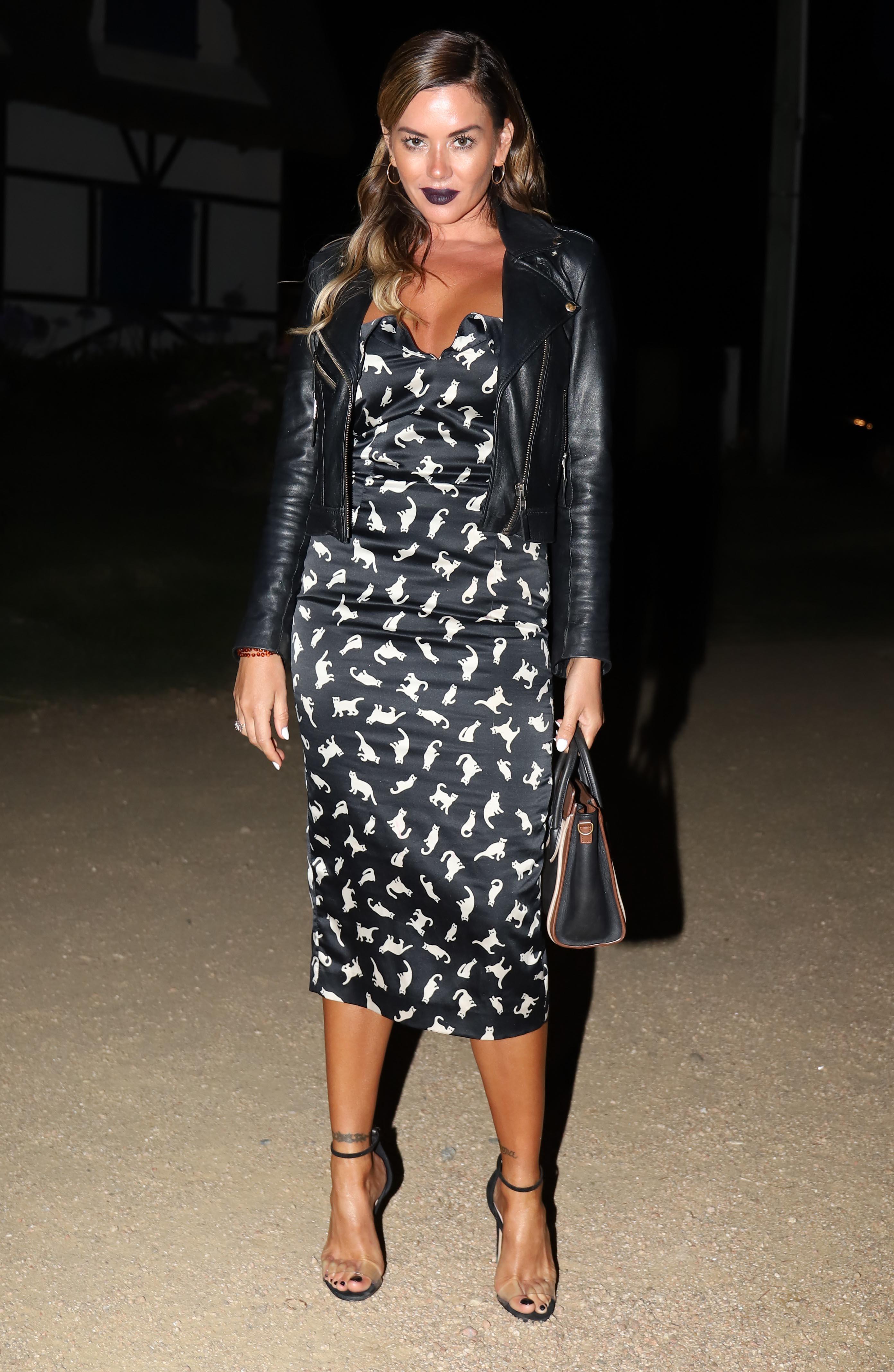 Karina Jelinek con campera de cuero y un vestido muy sexy