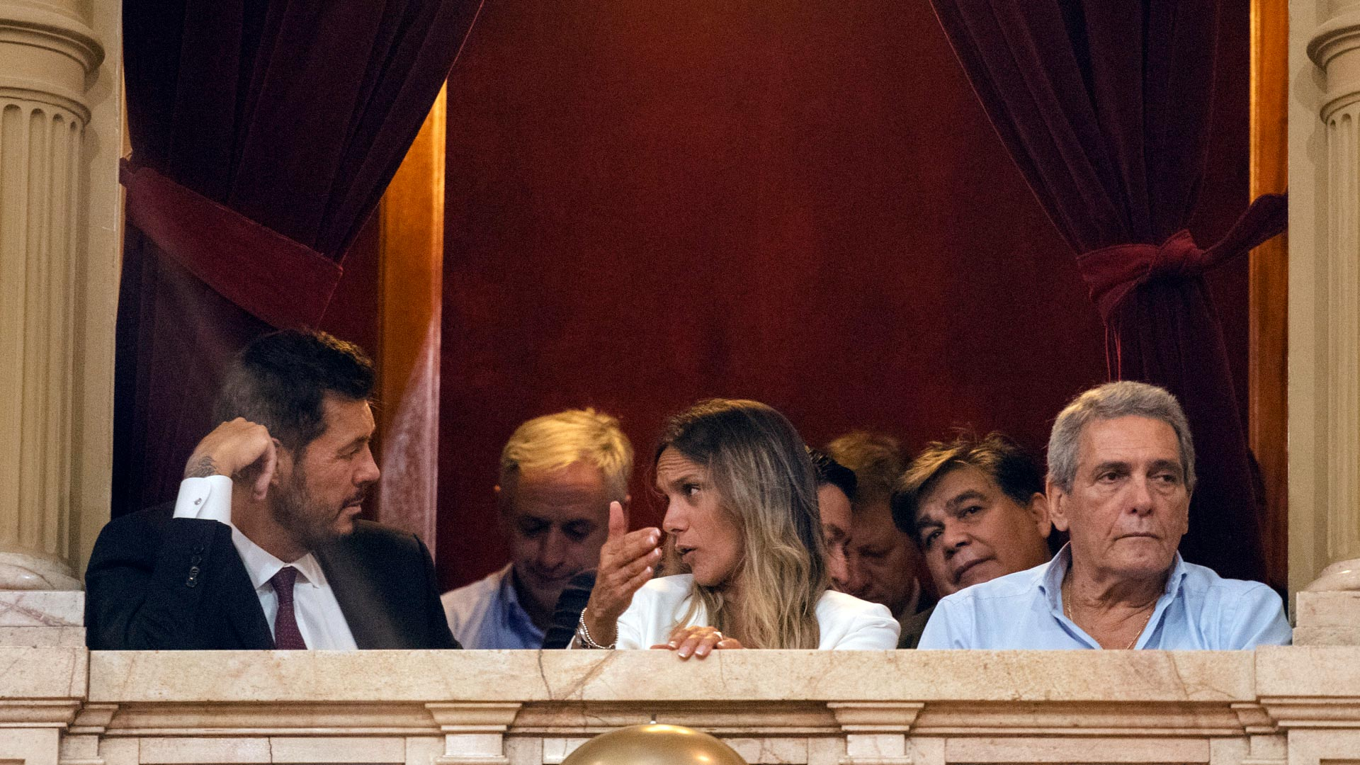 Marcelo Tinelli estuvo presente durante la Asamblea Legislativa, sentado en un palco al lado de Malena Galmarin. El conductor eligió un traje oscuro con corbata violeta, siguiendo una línea formal, pero no tan clásica