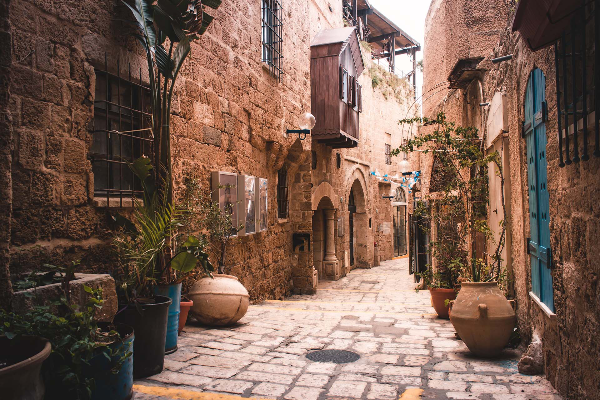 Cuando se trata de los mejores destinos de playa del mundo, Tel Aviv permanece en gran parte anónima, pero su franja de costa brillante, que se extiende 14 km a lo largo de la costa mediterránea, es la gloria suprema de esta ciudad. Allí florecen las flores, abren nuevos restaurantes y siempre hay una fiesta en alguna parte