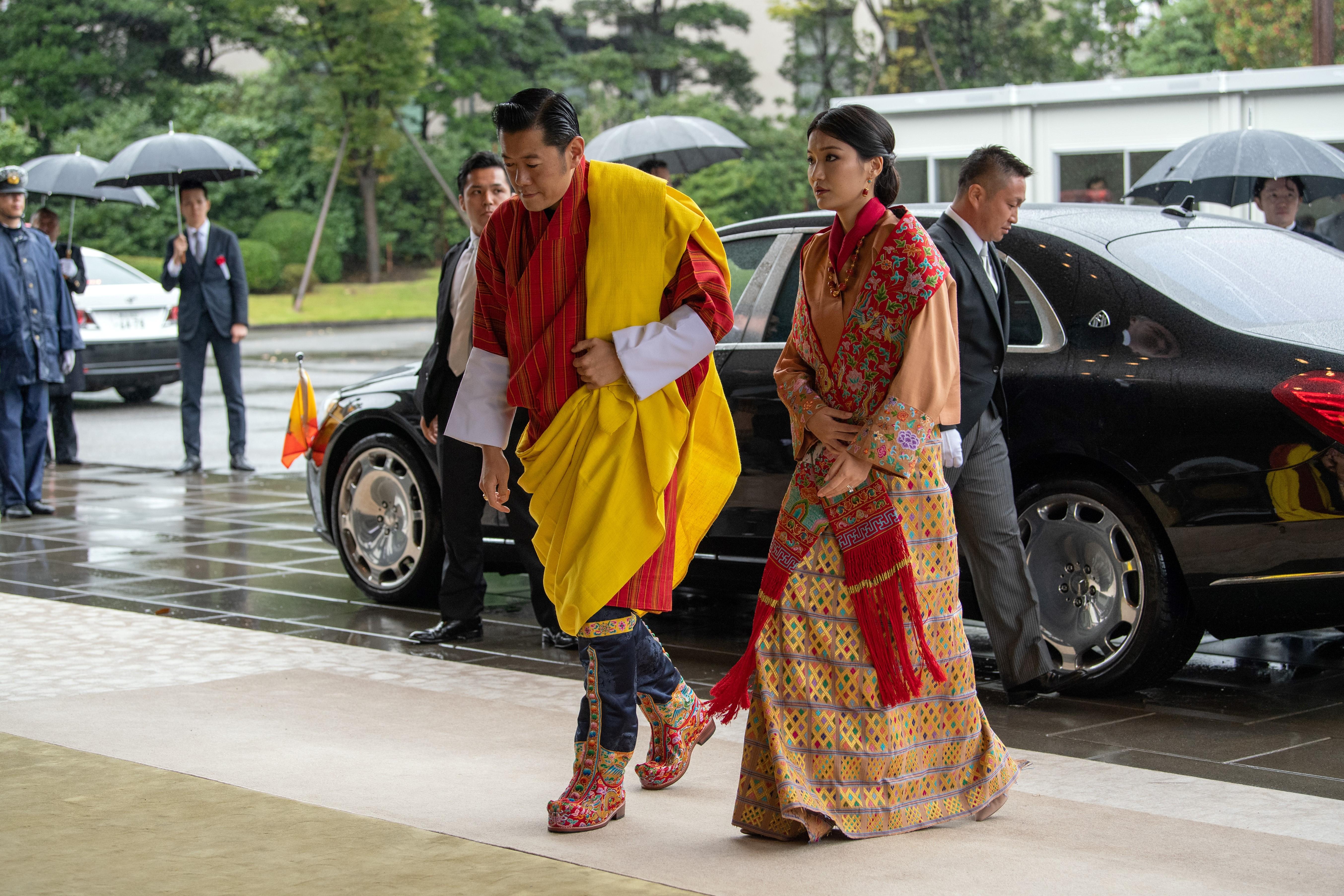 El rey de Bután, Jigme Khesar Namgyel Wangchuck y la reina Jetsun Pema llegan para asistir a la ceremonia de entronización del emperador japonés Naruhito en el Palacio Imperial (AFP)