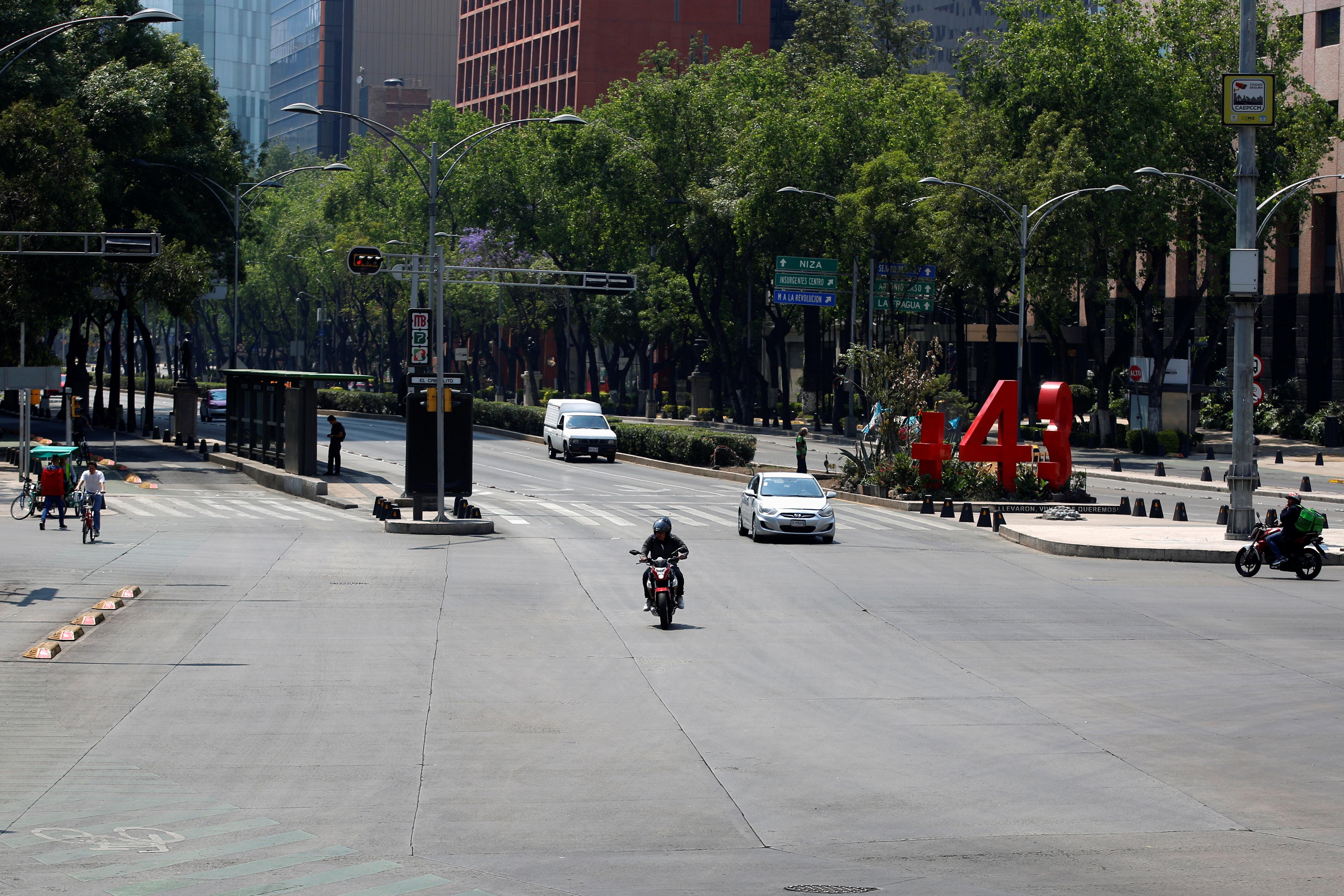 Se ven pocos vehículos en la calle mientras continúa el brote de la enfermedad por coronavirus (COVID-19), en la Ciudad de México, México, 22 de marzo de 2020.