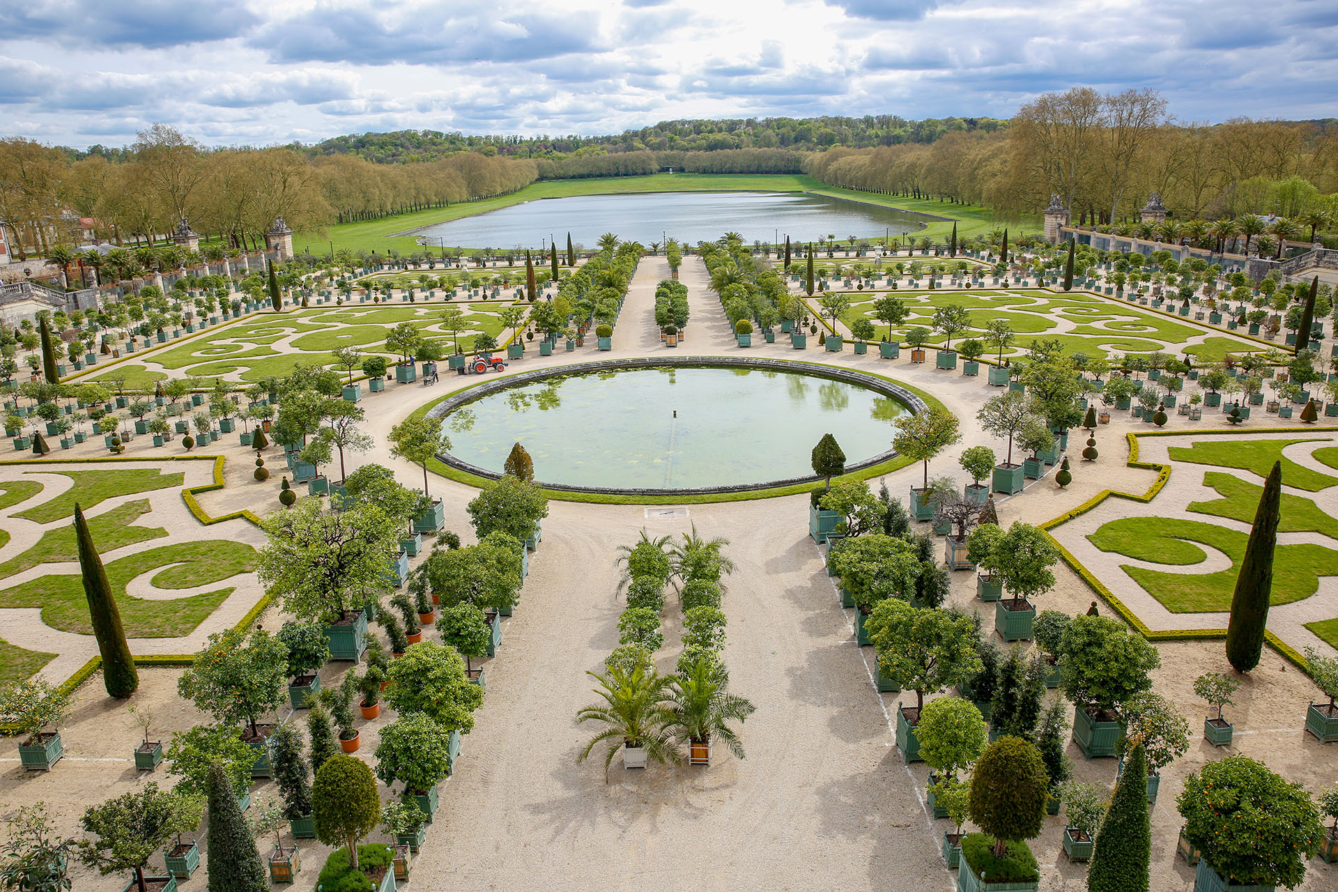 Los impresionantes Jardines de Versalles cuentan con una extensión de más de 800 hectáreas a lo largo de las cuales se extienden plantas y todo tipo de árboles, además de gran cantidad de estatuas de mármol, estanques y fuentes
