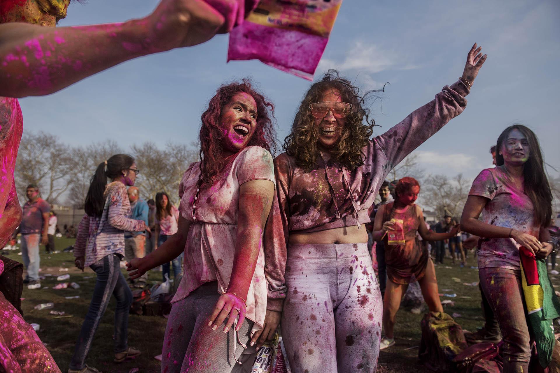 La muestra contará con más de 60 imágenes que representan a mujeres de más de 30 países. En la imagen, dos mujeres se divierten en una celebración Holi en Richmond Hill, un barrio de Queens, Nueva York. Ismail Ferdous, 2018
