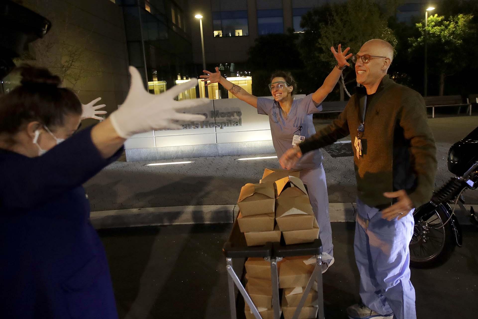 El chef del restaurante Nightbird y su dueño, Kim Alter, dimulan darse un abrazo en San Francisco (AP Photo/Jeff Chiu)