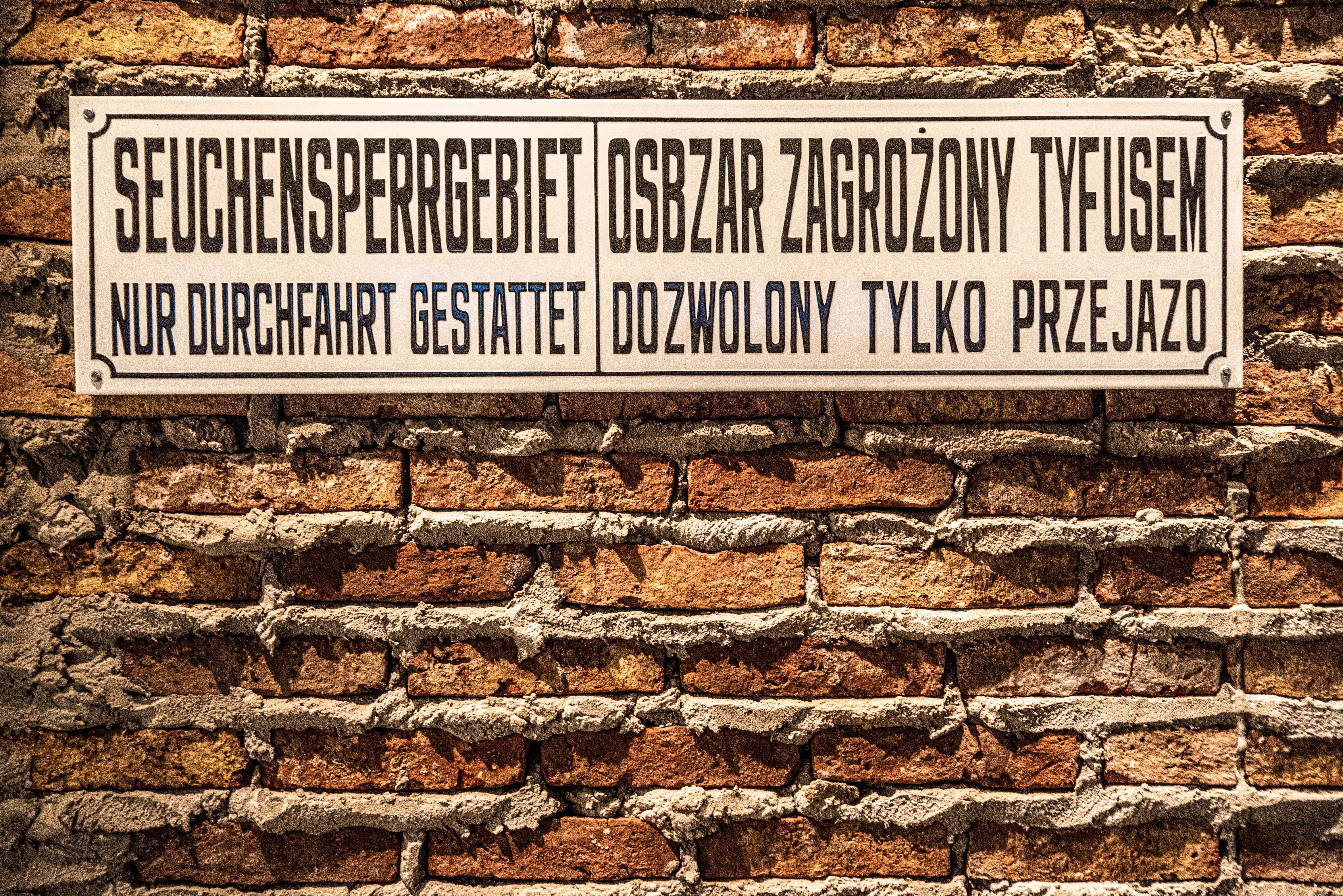Se montó un punto vivencial en la exposición: entrar al Gueto de Varsovia -el más grande, cruel y mortal durante la Segunda Guerra Mundial, activo entre 1940 y 1943-. La propuesta es sentir la experiencia sensorial con filmaciones hechas por los propios nazis en un espacio de 180 grados. Antes, un cartel escrito en alemán advierte acerca del riesgo de contagio que representaban los judíos que estaban del otro lado del muro