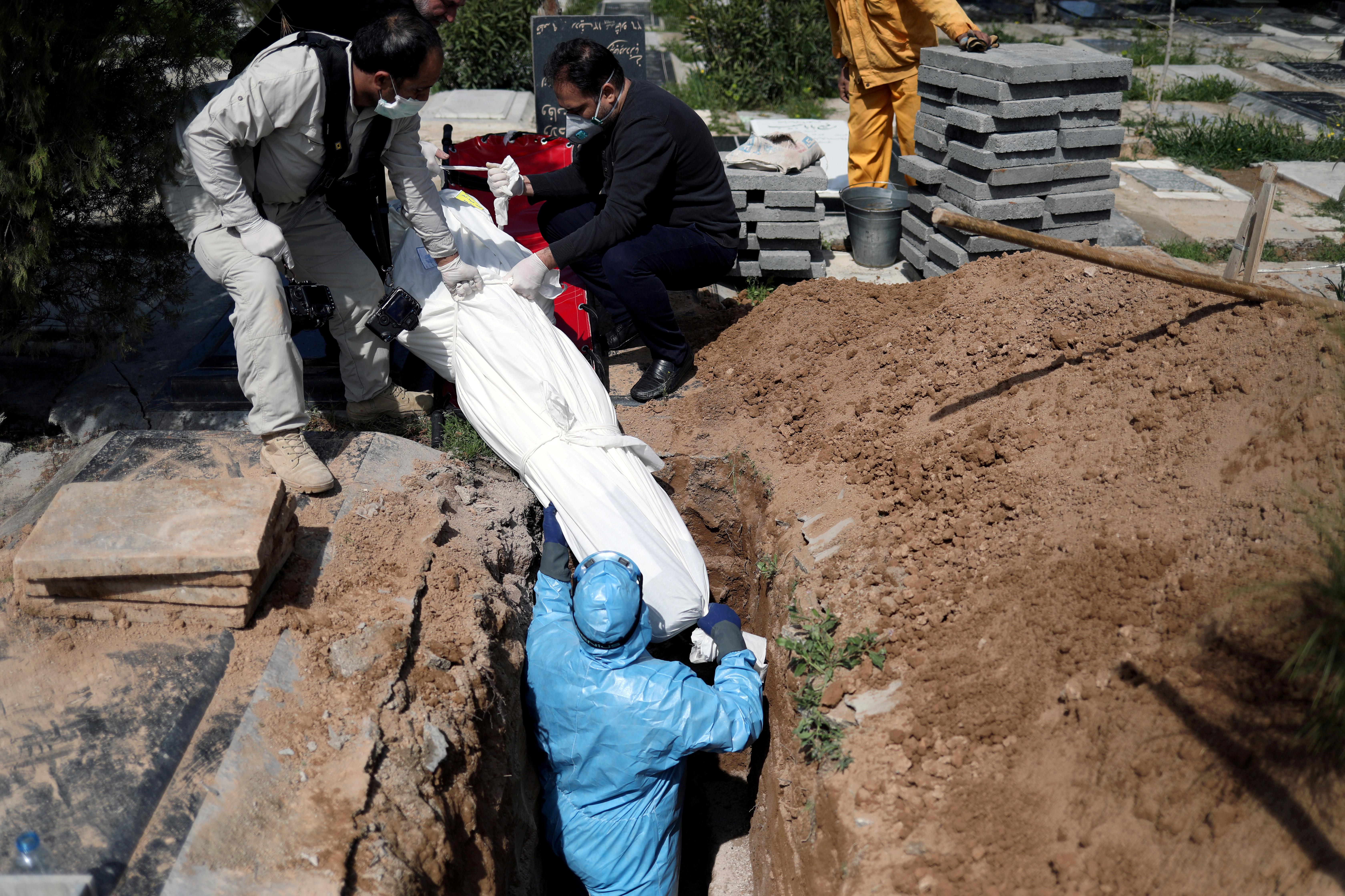 El entierro de un iraní que murió por coronavirus (REUTERS)