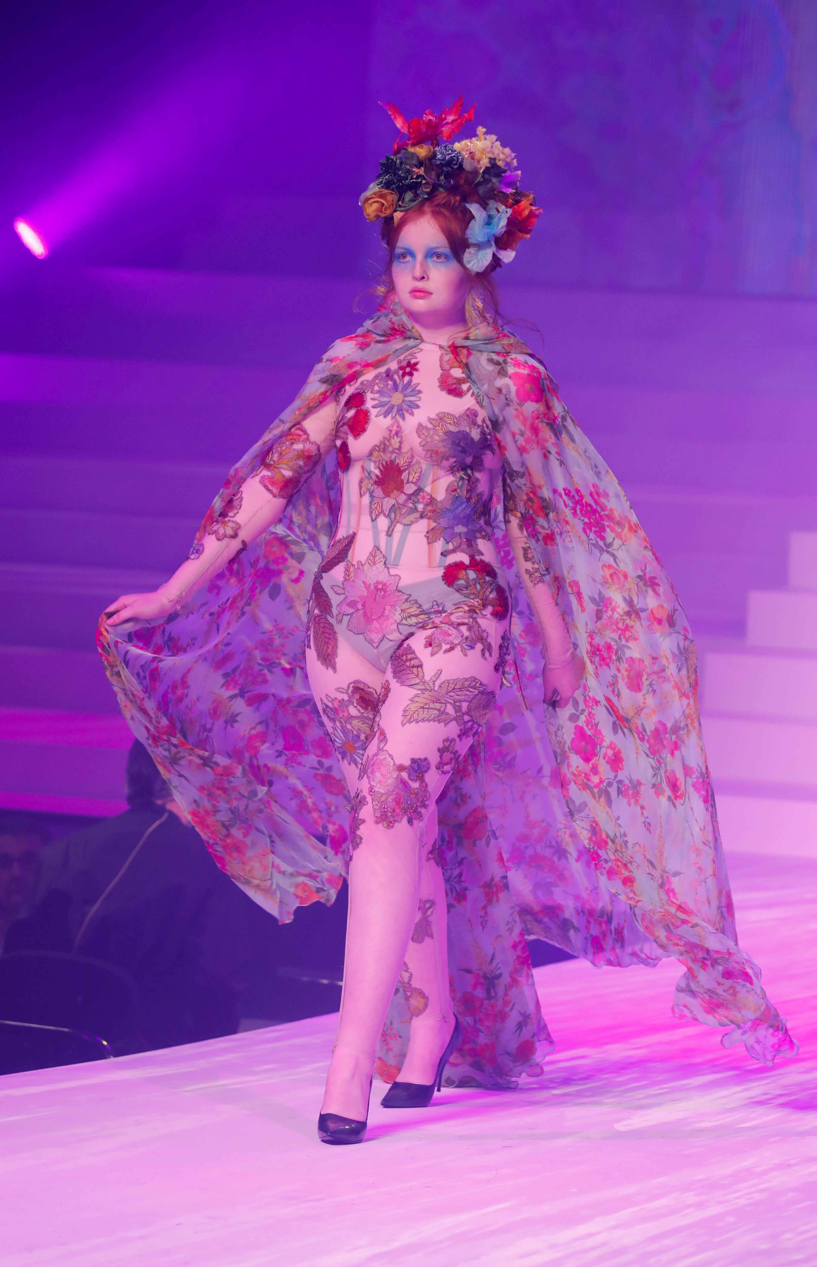 Flower power. Una capa de seda con diseño floral by Gaultier