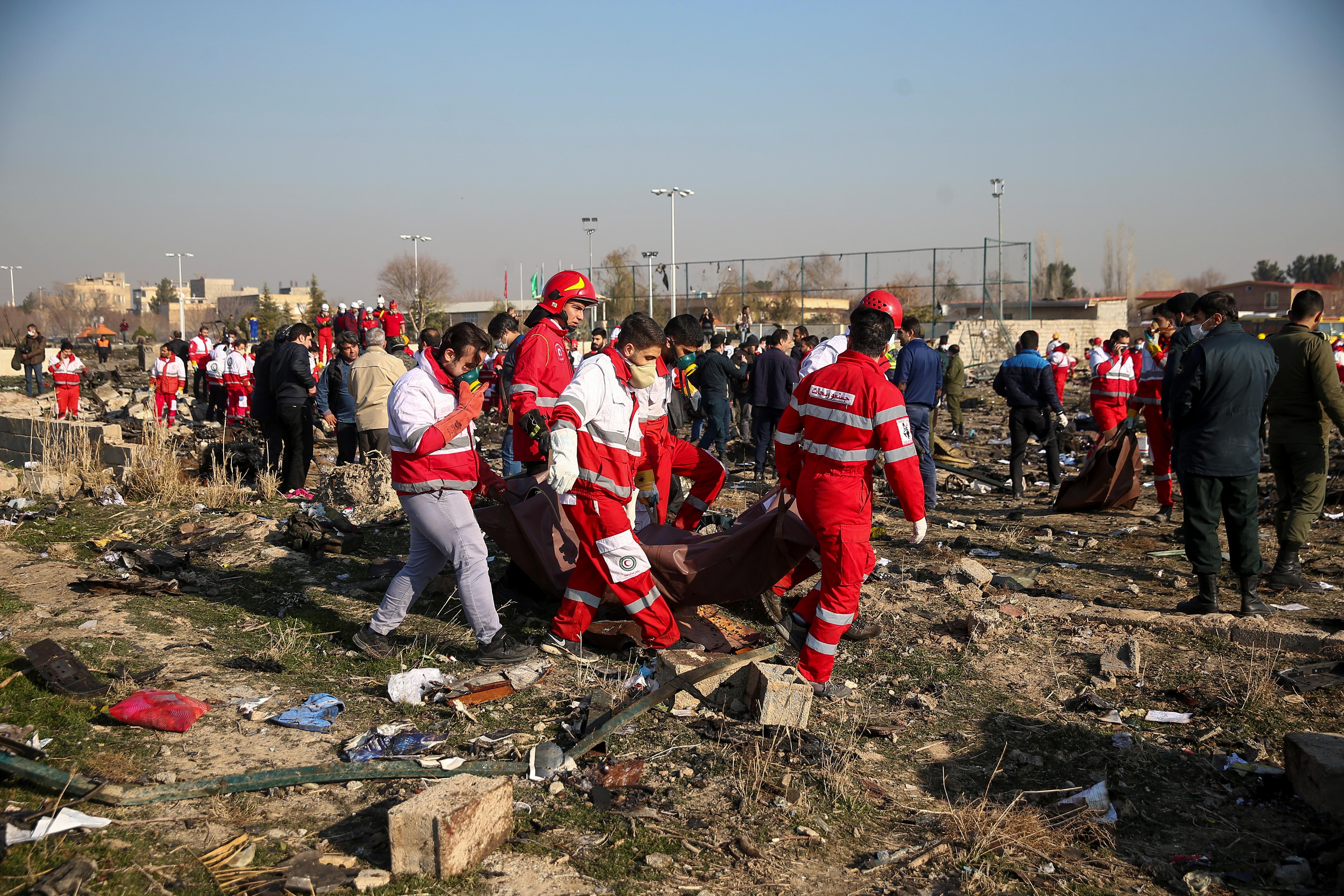 Rescatistas trabajando en el lugar del accidente (REUTERS)