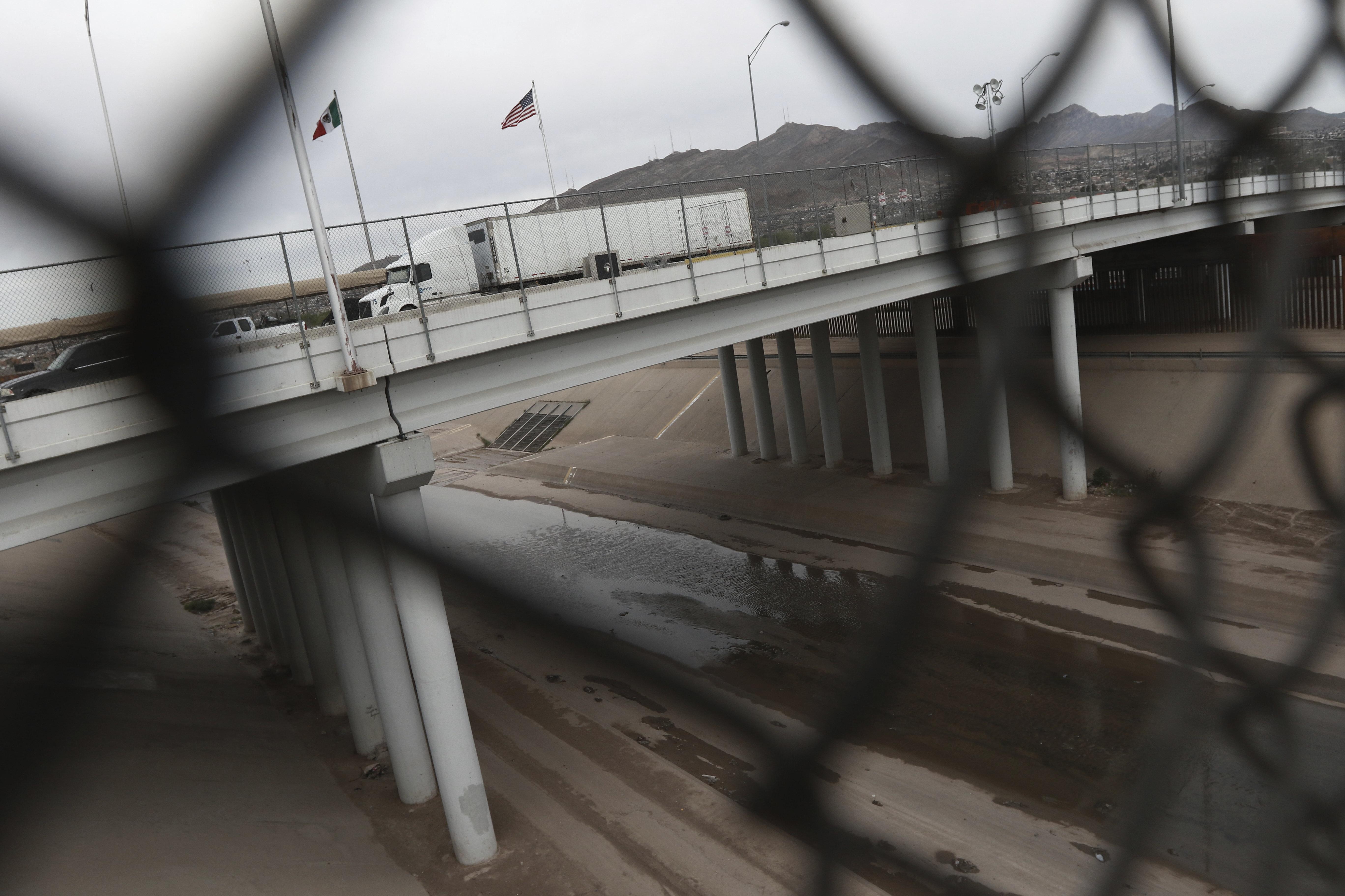 Los conductores esperan para ingresar a México en un puente internacional en la frontera entre Estados Unidos y México que une Ciudad Juárez y El Paso, el sábado 21 de marzo de 2020.