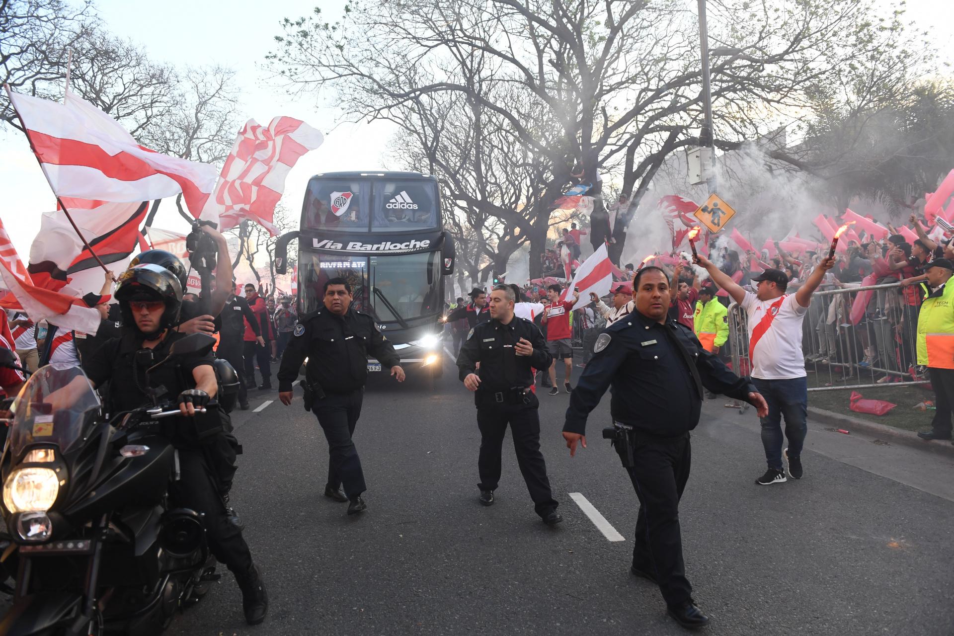 Más allá de la multitud, la Policía consiguió que el traslado del micro se produzca con total normalidad