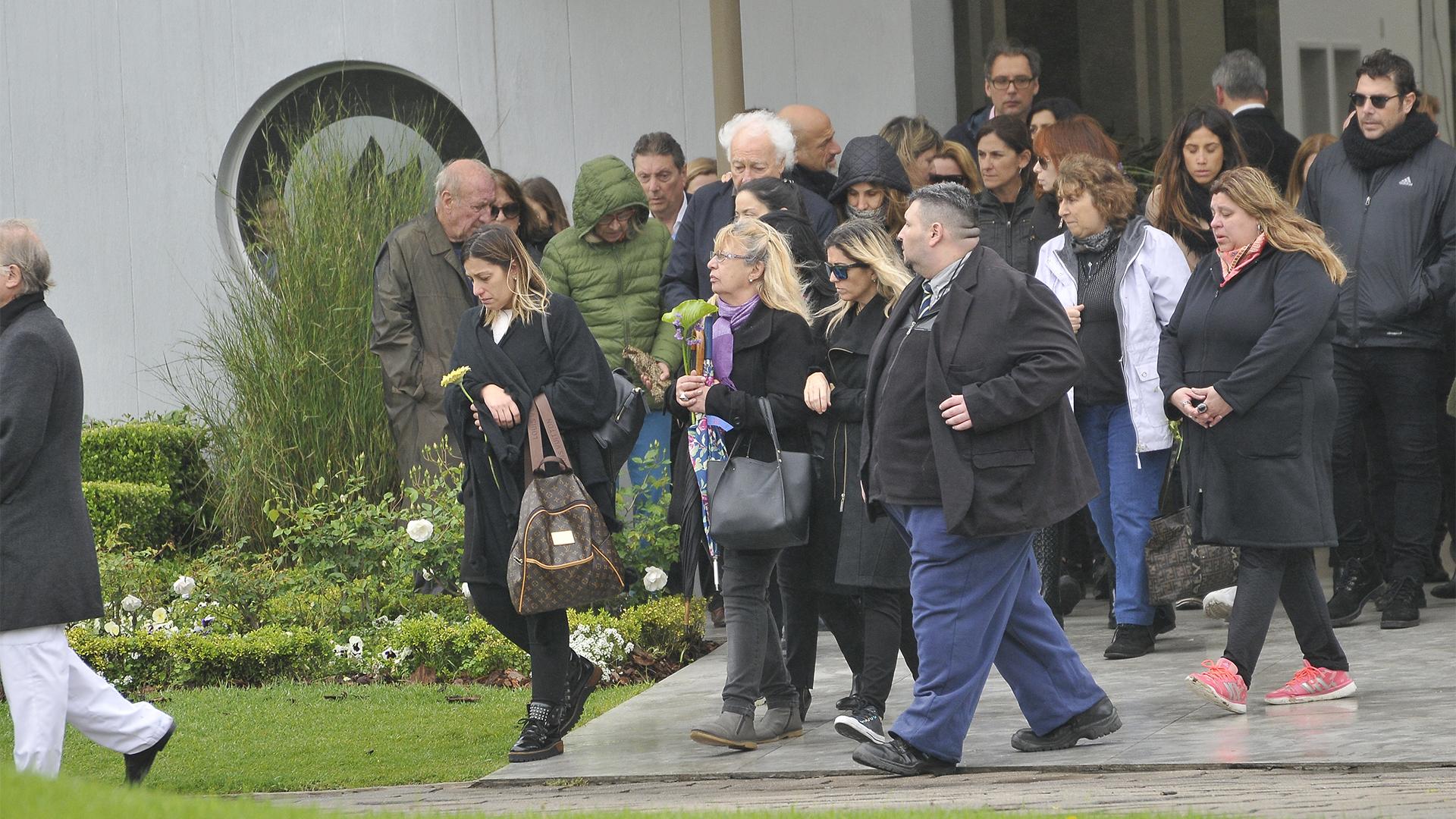 Una gran cantidad de amigos y familiares se hicieron presentes en el cementerio para despedir a Cacho (Darío Batallán)