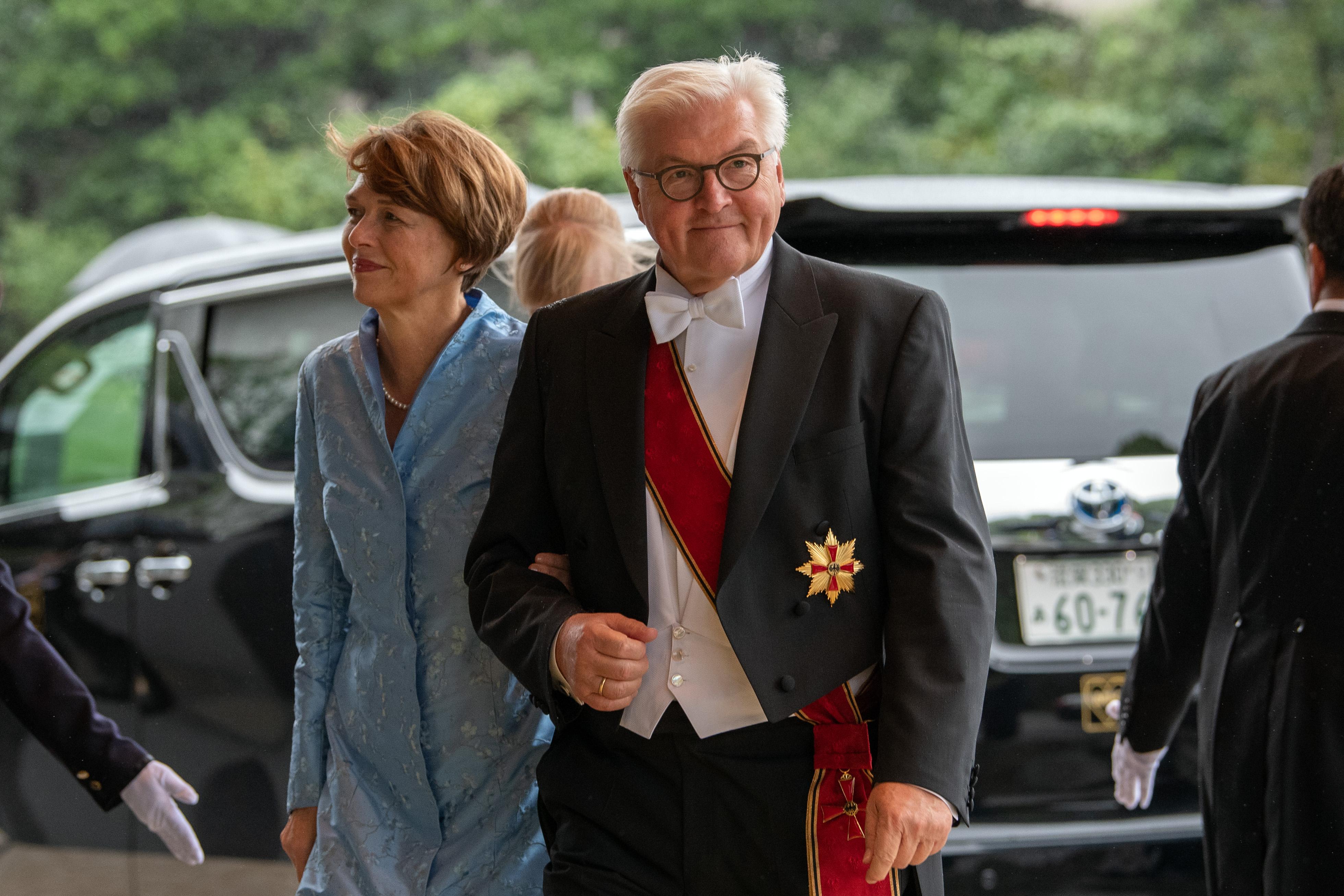 El presidente de Alemania, Frank-Walter Steinmeier, y su esposa Elke Budenbender llegan para asistir a la ceremonia de entronización del emperador japonés Naruhito en el Palacio Imperia (AFP)