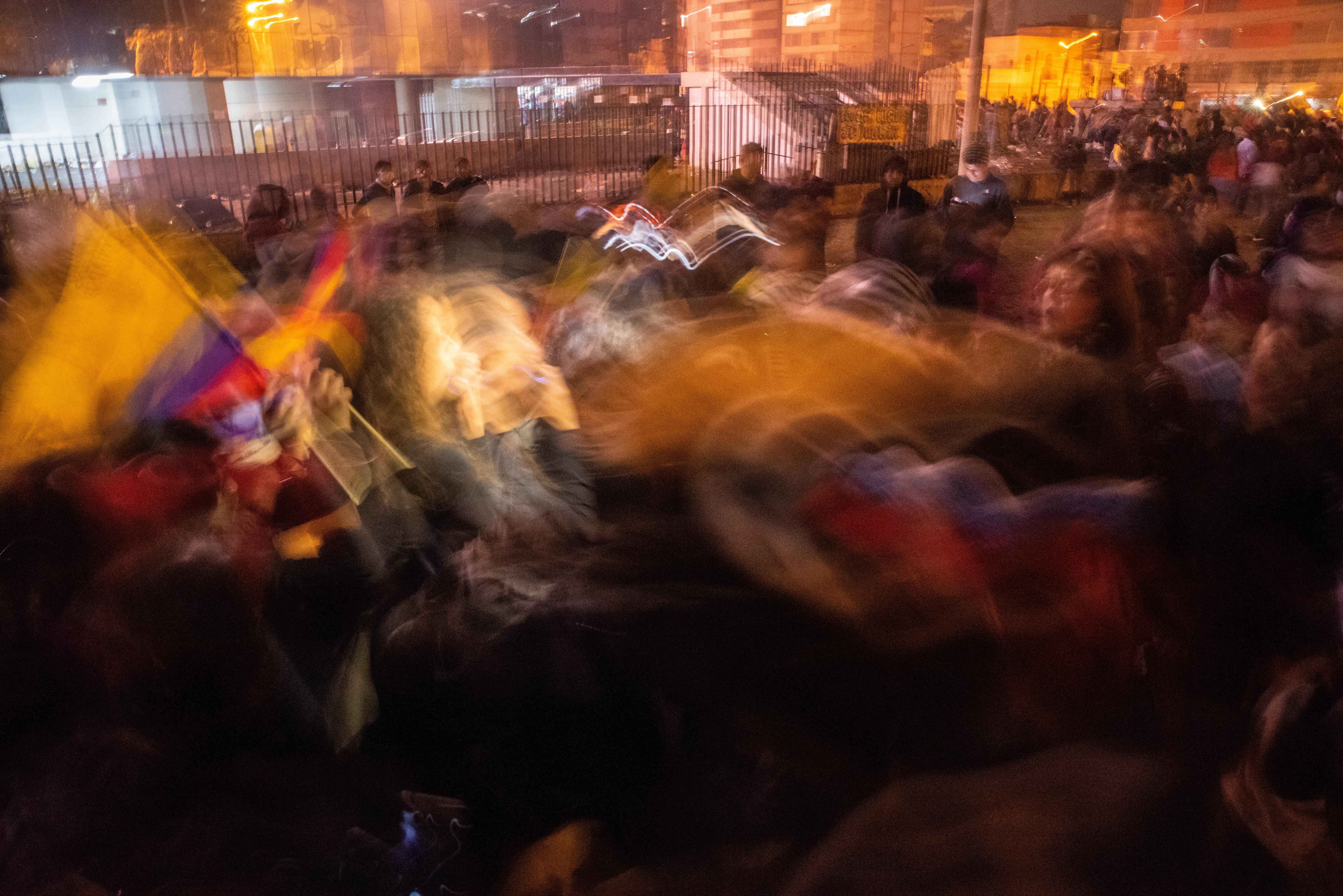 """Cientos de indígenas festejaban asimismo la """"victoria de la lucha popular"""" en los exteriores de la Casa de la Cultura con bailes en los que portaban sus lanzas y hacían sonar sus tambores al grito de: """"¡El pueblo unido, jamás será vencido!"""""""