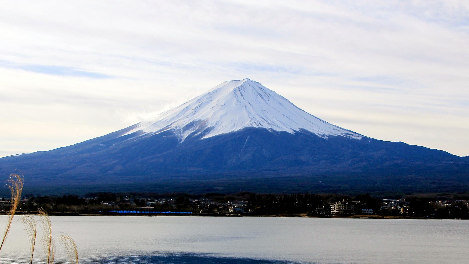 El Fuji es un volcán compuesto y es el símbolo de Japón. Su última erupción, afortunadamente para los pobladores de esta megaurbe fue el 16 de diciembre de 1707