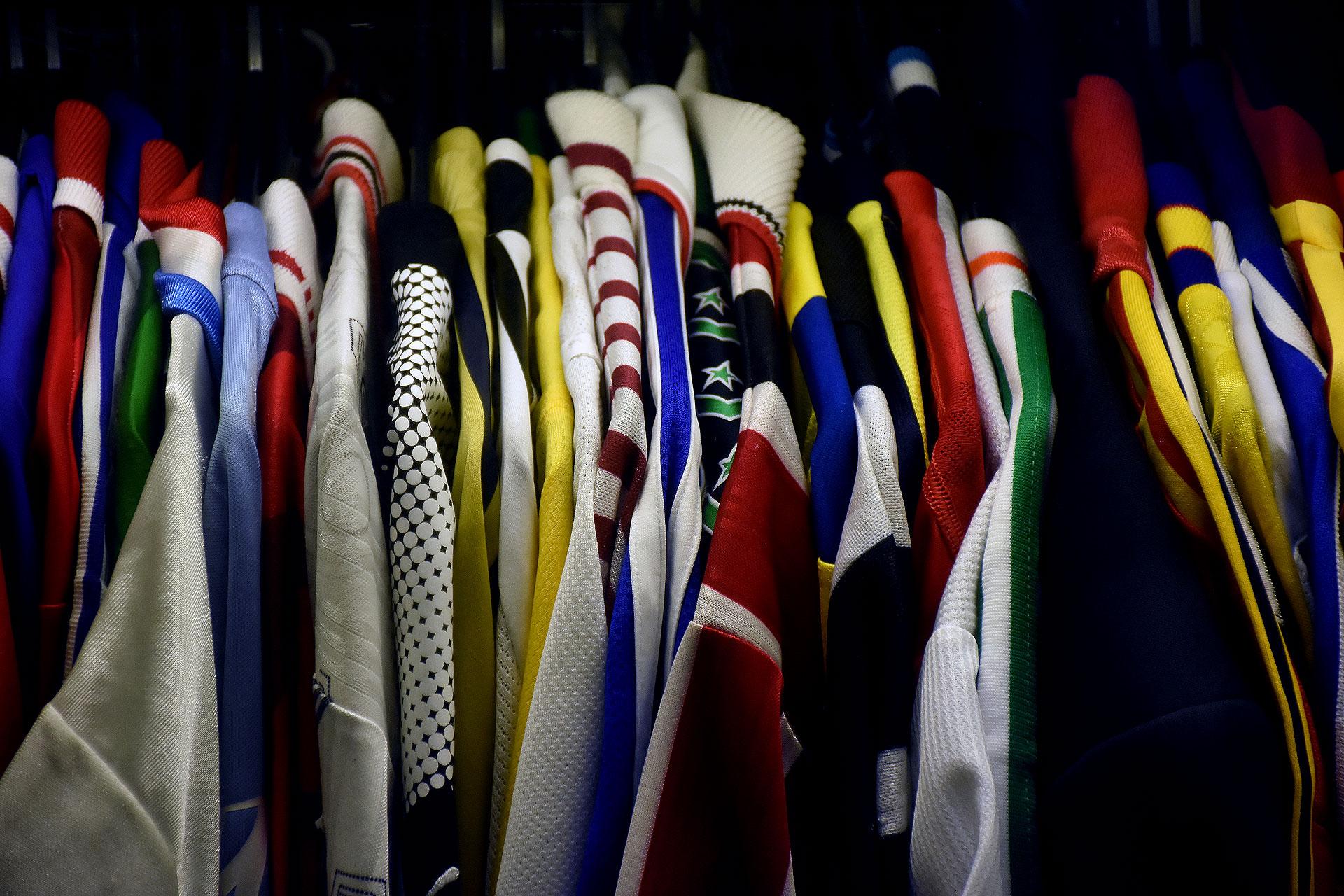 Perchero que combina colores y diseños de variada indumentaria internacional (Nicolas Stulberg)