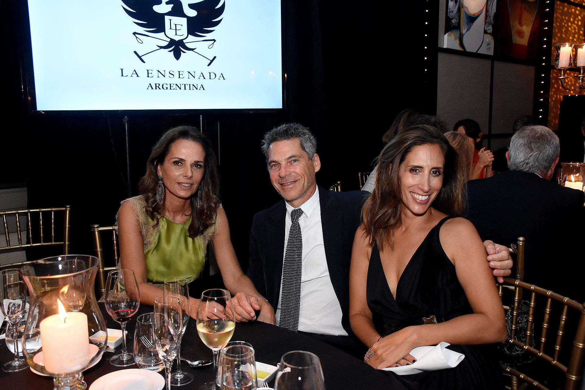 Nathalie y Calilo Sielecki junto a Florencia Perotti
