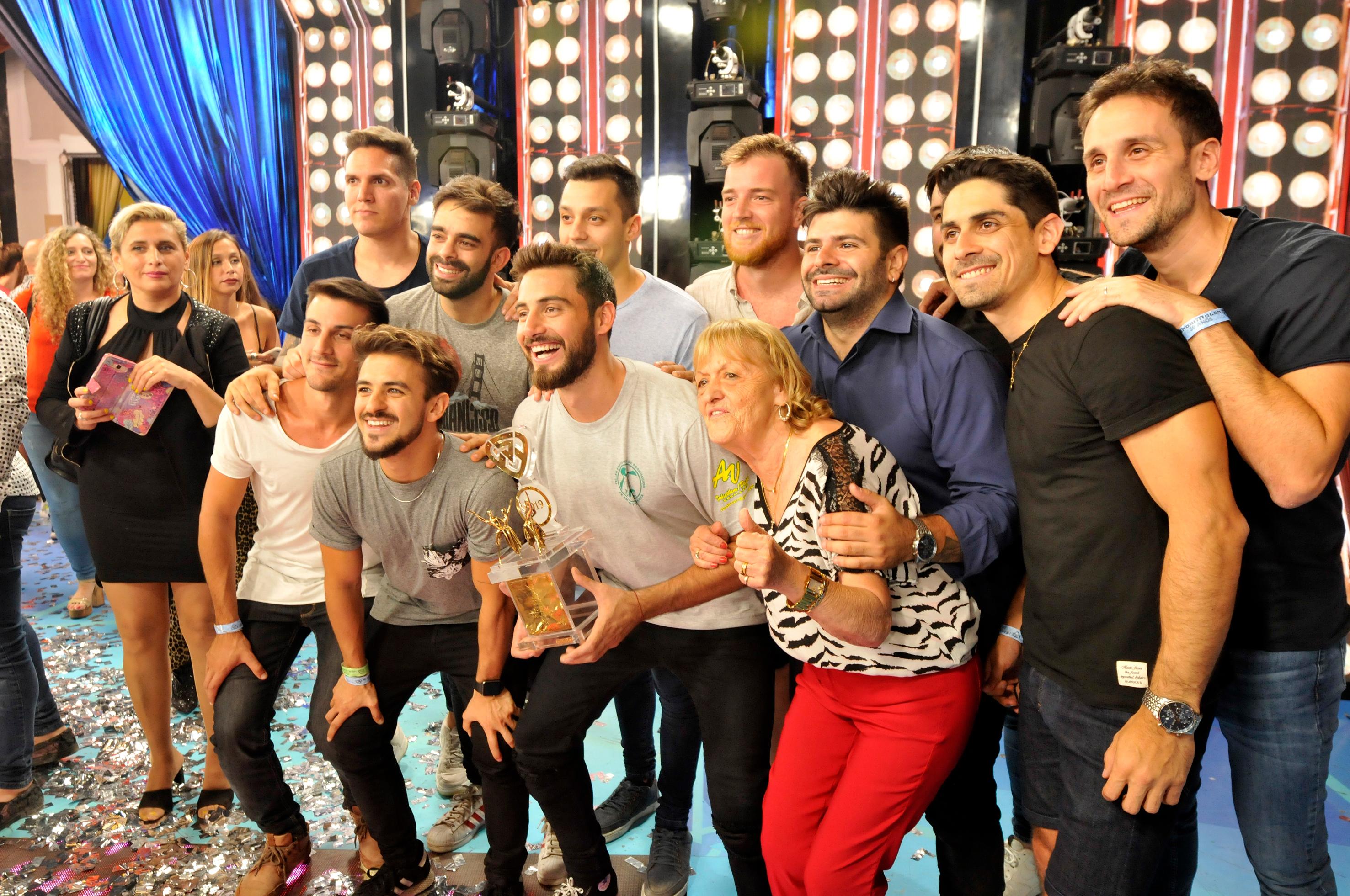 Nico Occhiato celebra el premio con su equipo, familiares y amigos