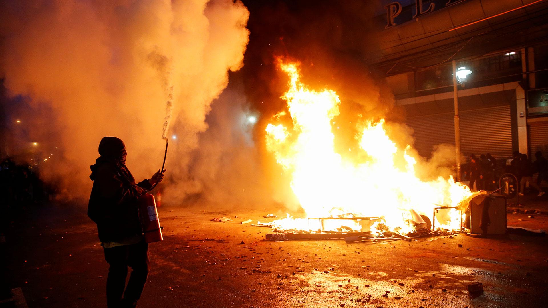 las protestas se radicalizaron y derivaron en graves hechos vandálicos en Santiago de Chile, que se replicaron de nuevo esta jornada en la capital del país pero que se extendieron también a otras ciudades, como Concepción (centro-sur) y Valparaíso (costa central).