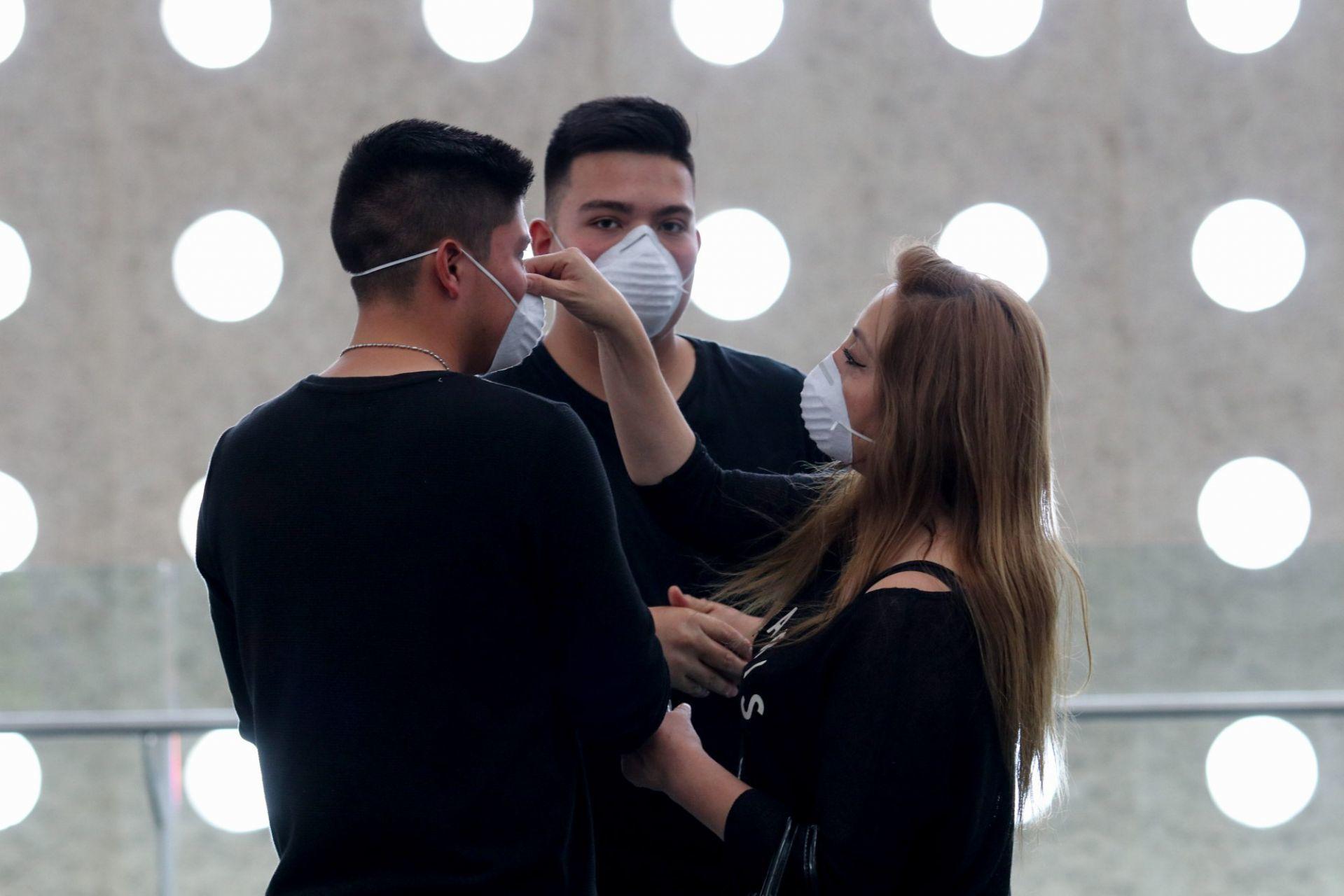 Cientos de capitalinos que llegan al Aeropuerto Internacional de la Ciudad usan cubrebocas como medida de protección del Covid-19.